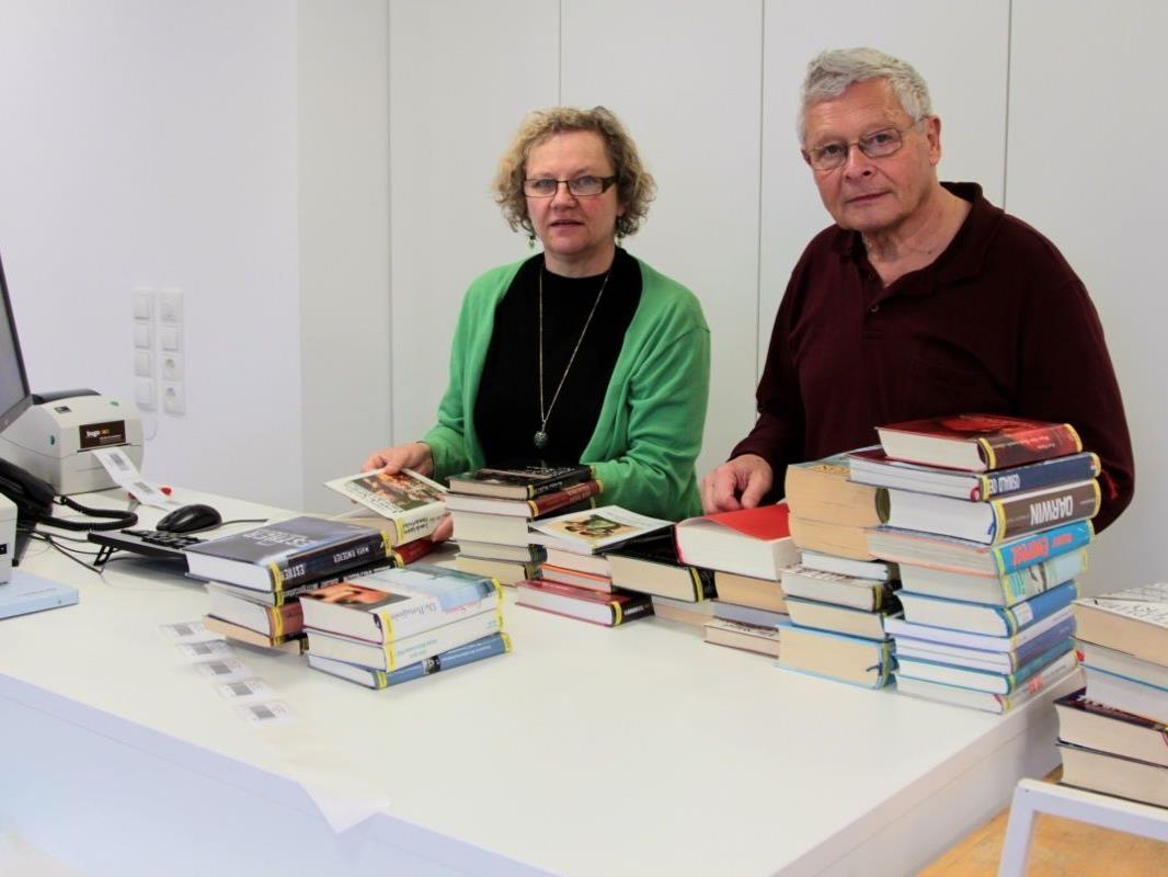 Christa Fitz-Binder und Alfred Entner beim Erfassen von Medien mit der neuen RFID-Technologie