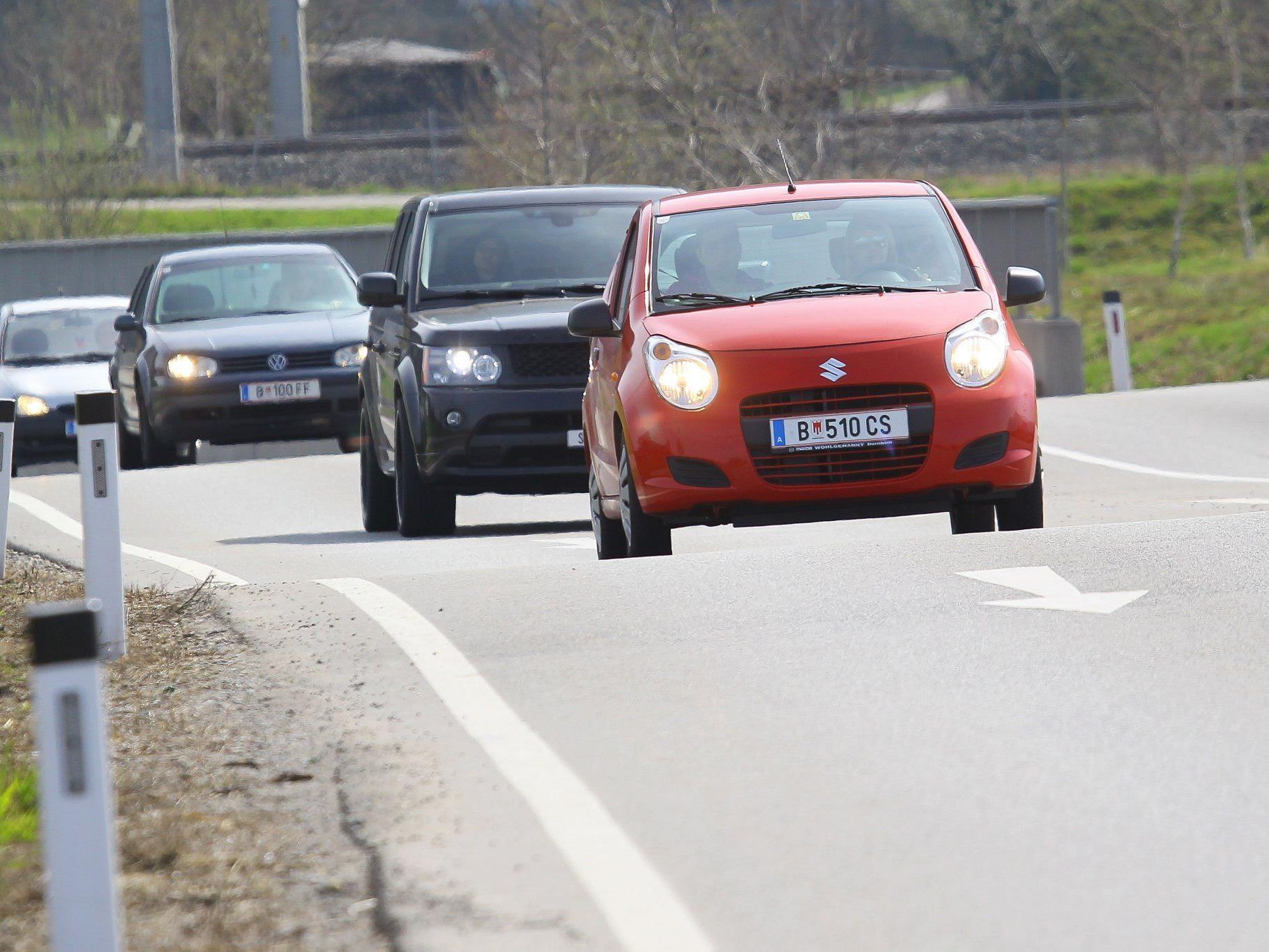 Durch den richtigen Umgang mit Gaspedal, Schaltknüppel und Kupplung können beim Autofahren 20 Prozent des Spritverbrauchs eingespart werden.