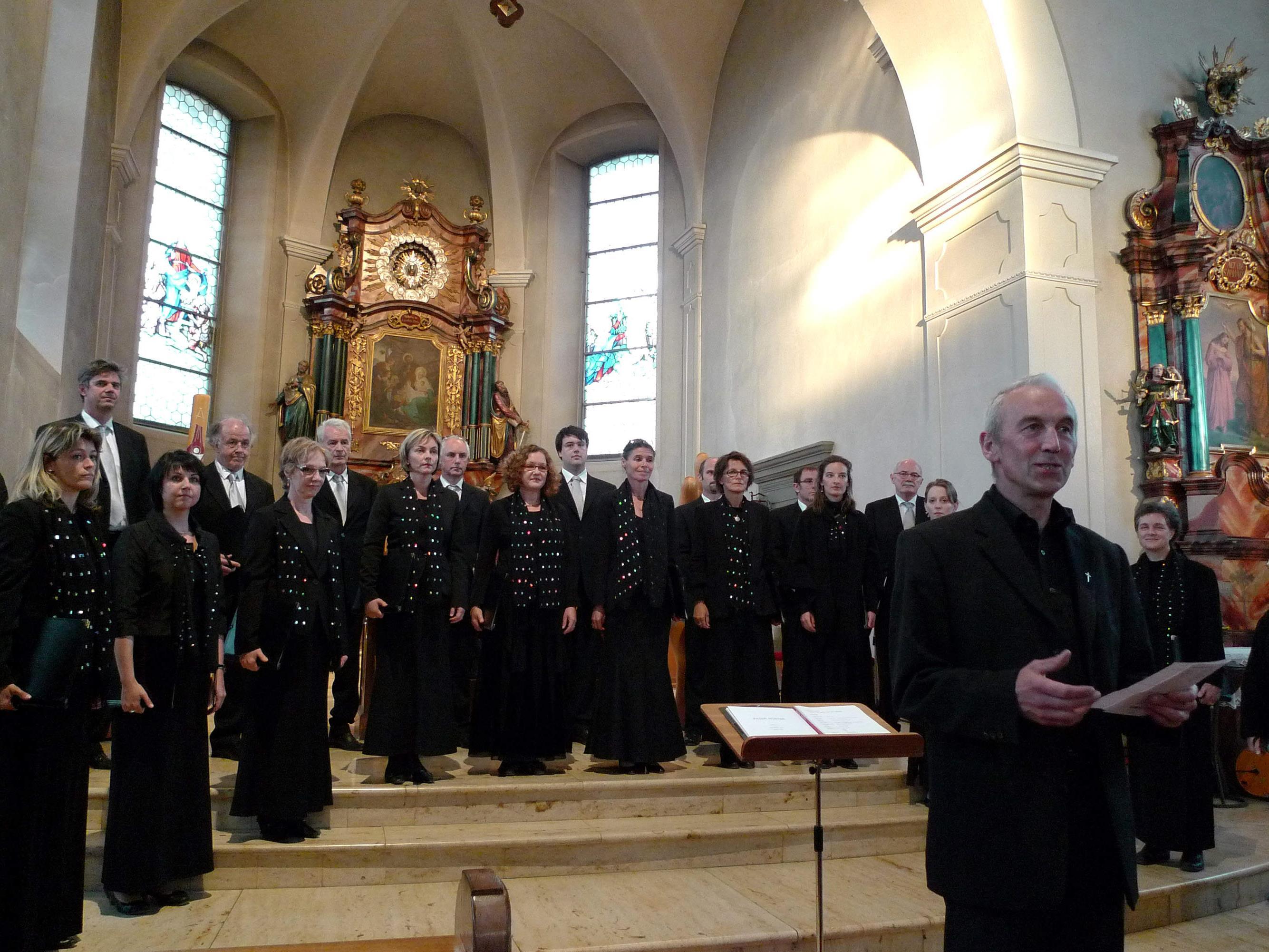 Pfarrer Paul Burtscher begrüßte den Kammerchor Feldkirch in der Bildsteiner Pfarrkirche.
