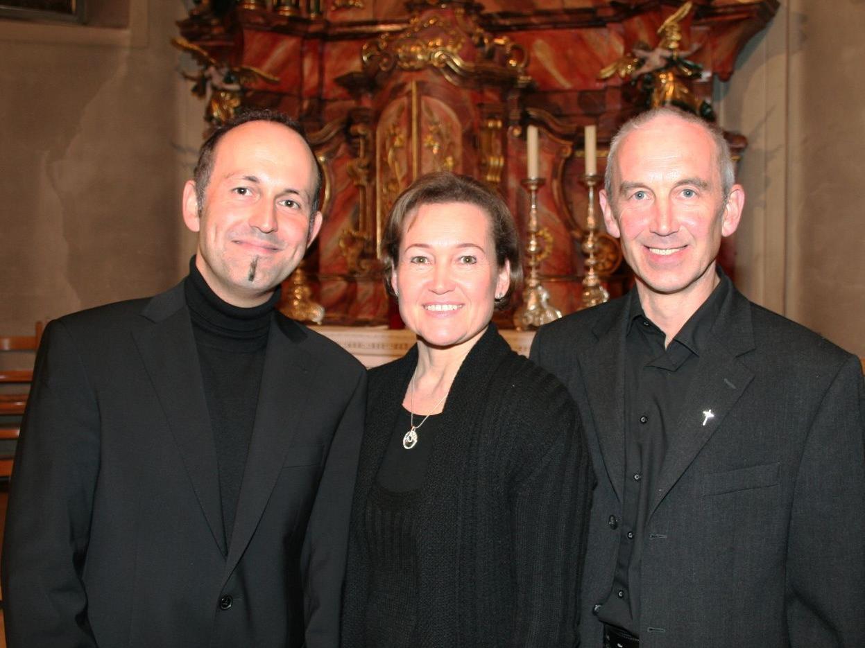 Domkapellmeister Benjamin Lack mit Birgit Plankel und Pfarrer Paul Burtscher