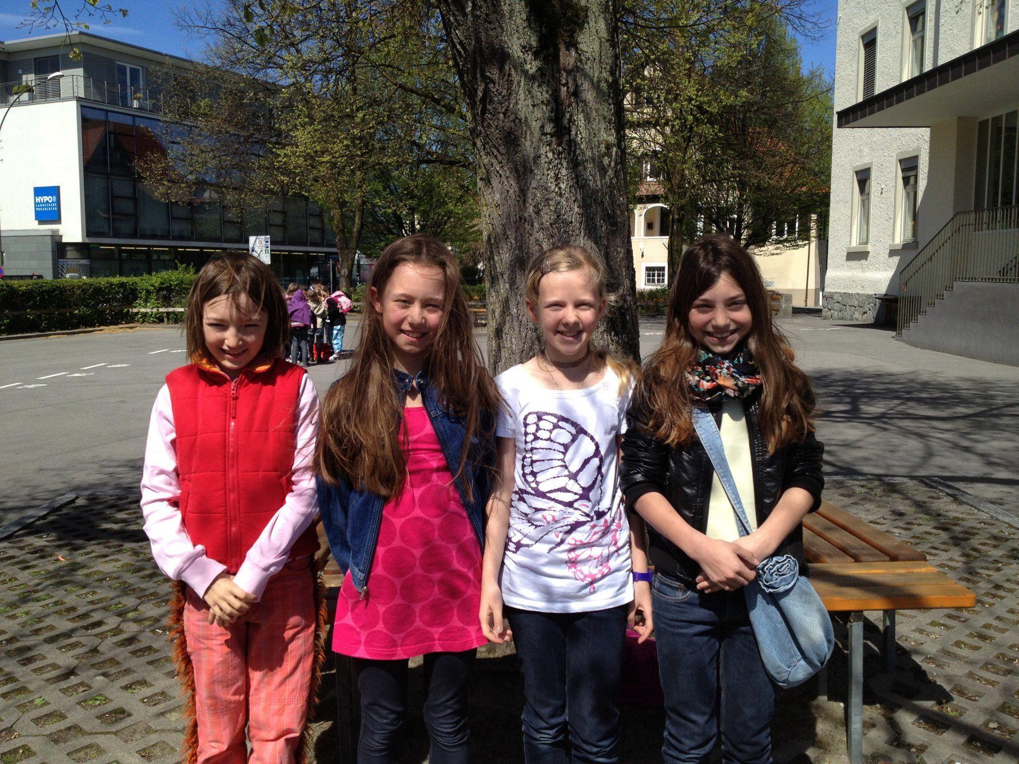 Diese vier Mädchen kamen auf die Idee, einen Kinderflohmarkt zu organisieren: Emilie Graf, Clara Benedikter, Linda Hagen, Sofia Müller.