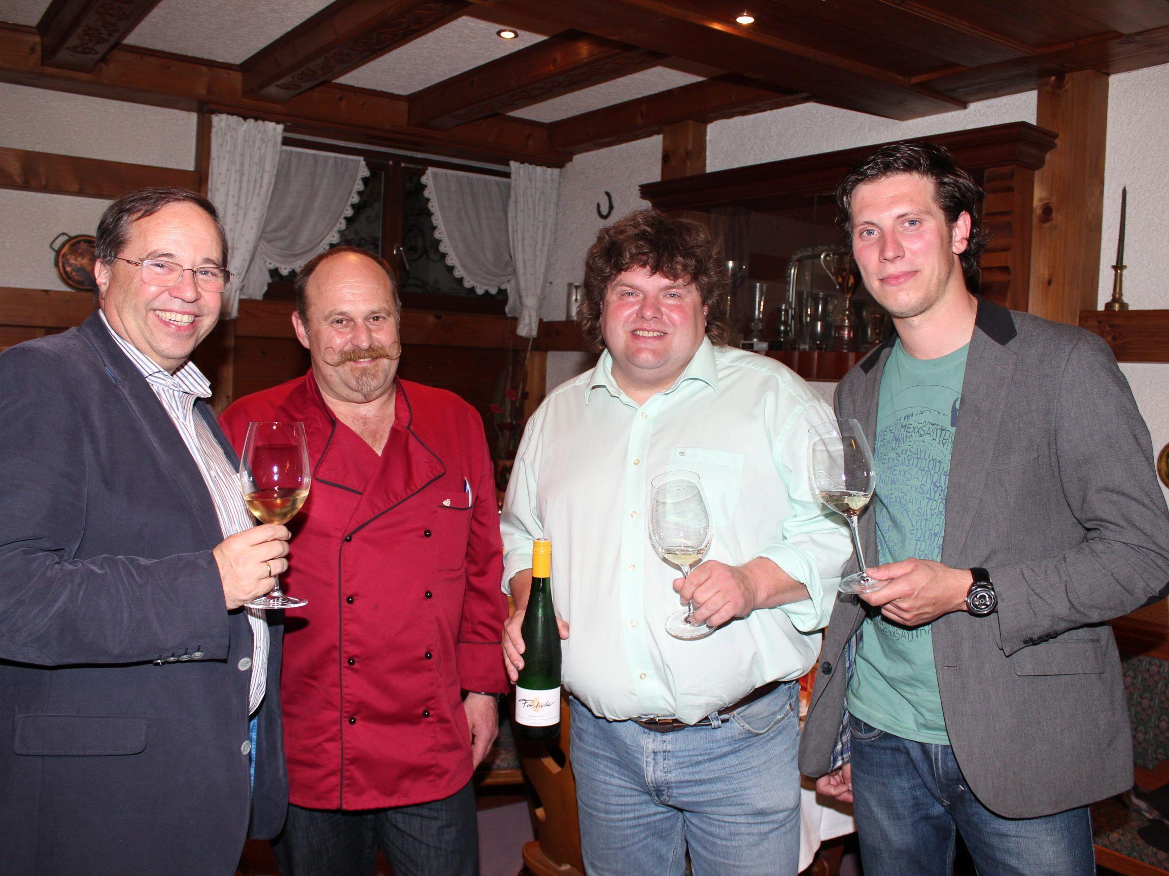 Walter Pfanner und Hausherr Peter Steurer mit den beiden Winzern.