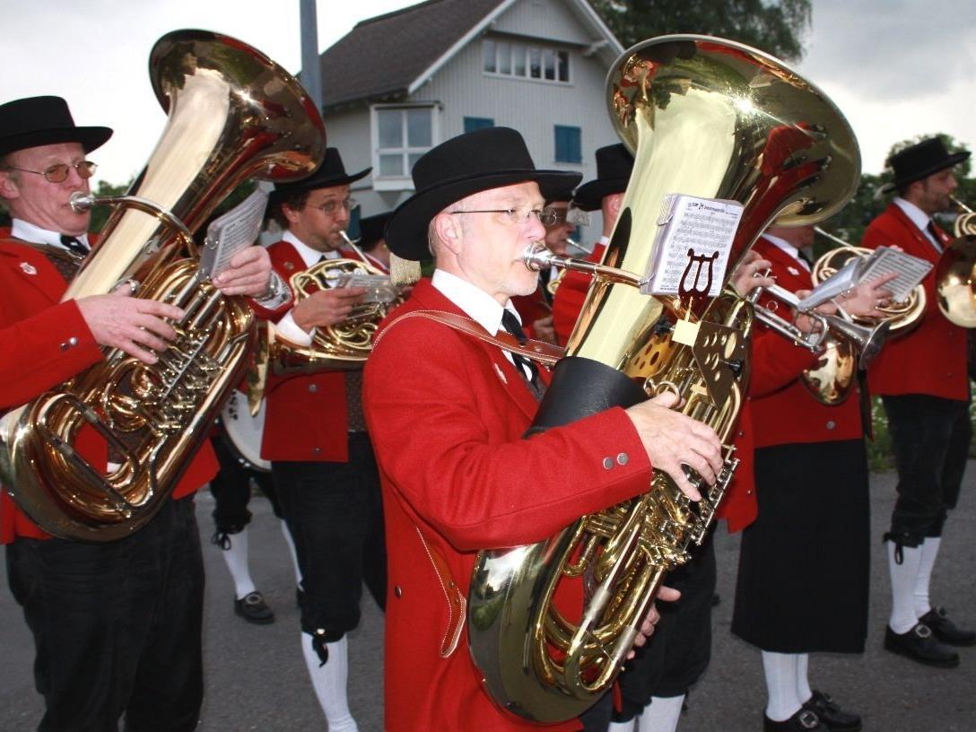 Auch der Musikverein Lochau ist im Rahmen des traditionellen Maiblasens im Ortsgebiet unterwegs.