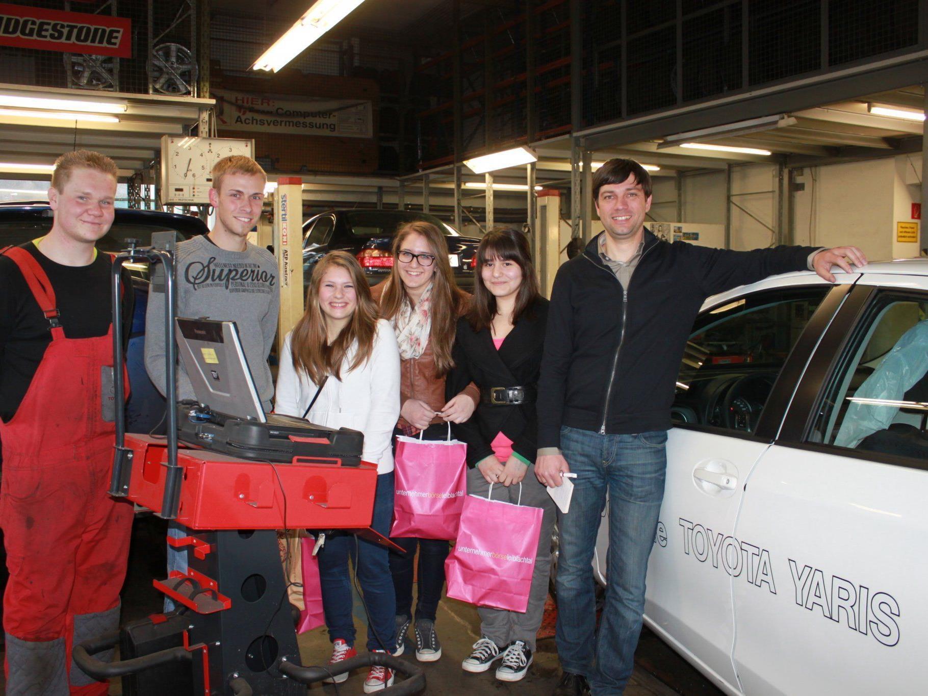 Mädchen zu Besuch in der KFZ-Werkstätte von Toyota Walter in Lochau.