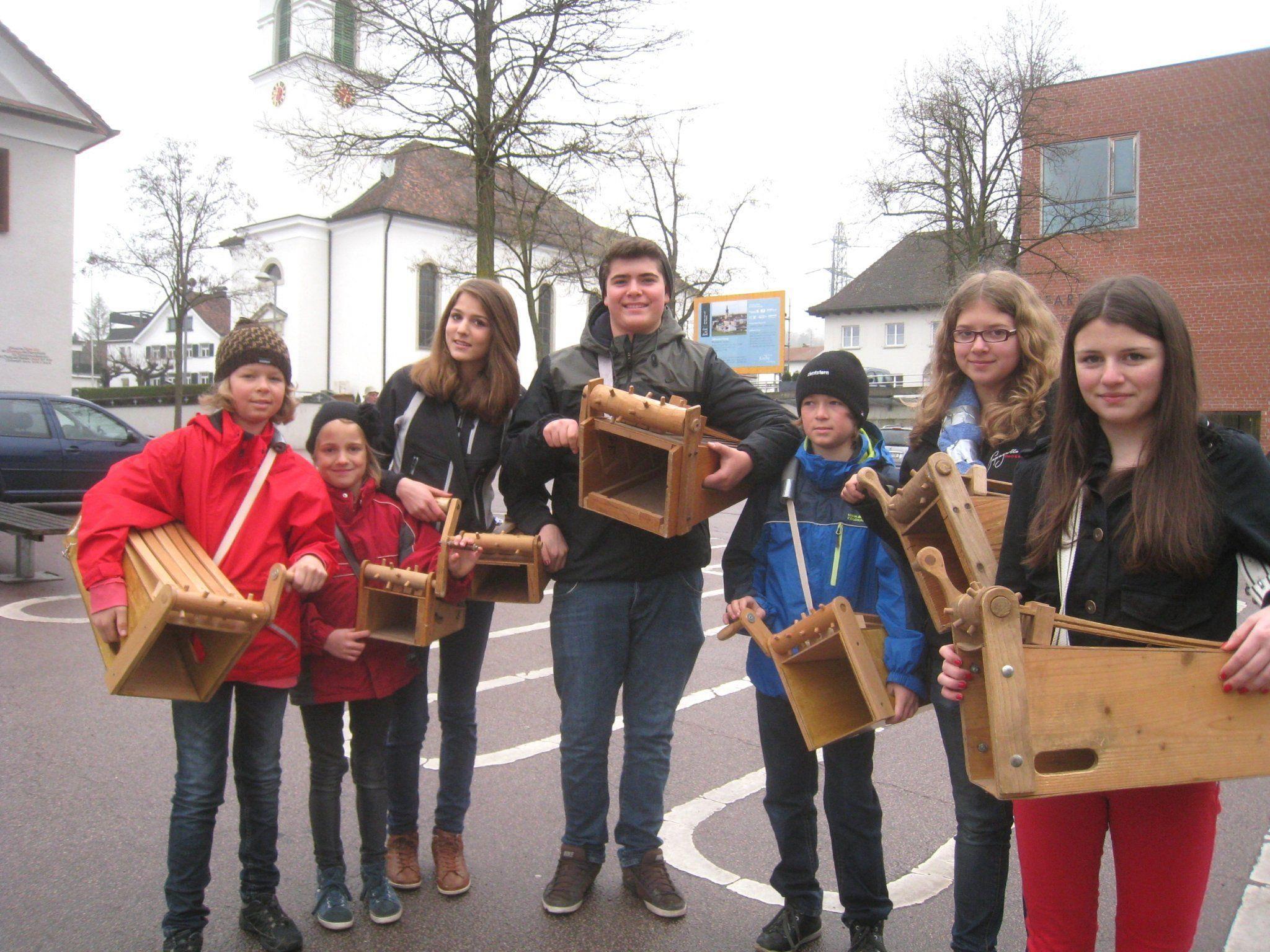 Die Rätschergruppe Dorf  ist mit teils jahrzehntealten Ratschen unterwegs.