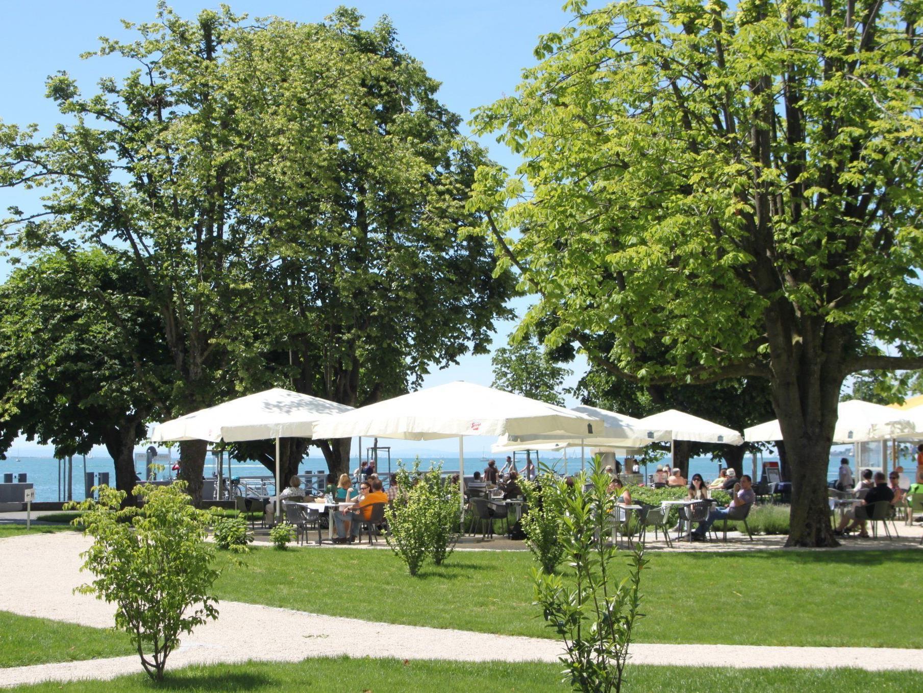 Willkommen im Gastgarten des Seehotels am Lochauer Kaiserstrand.
