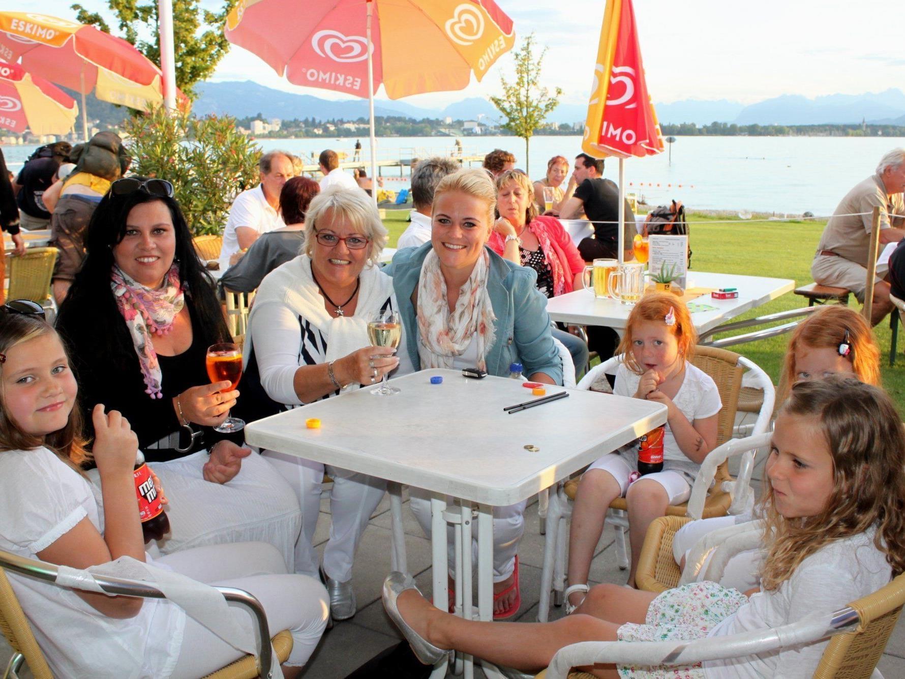 """Offizielle Saisoneröffnung zum sommerlichen Terrassen-Genuss im """"Treff am See"""" beim Lochauer Strandbad."""