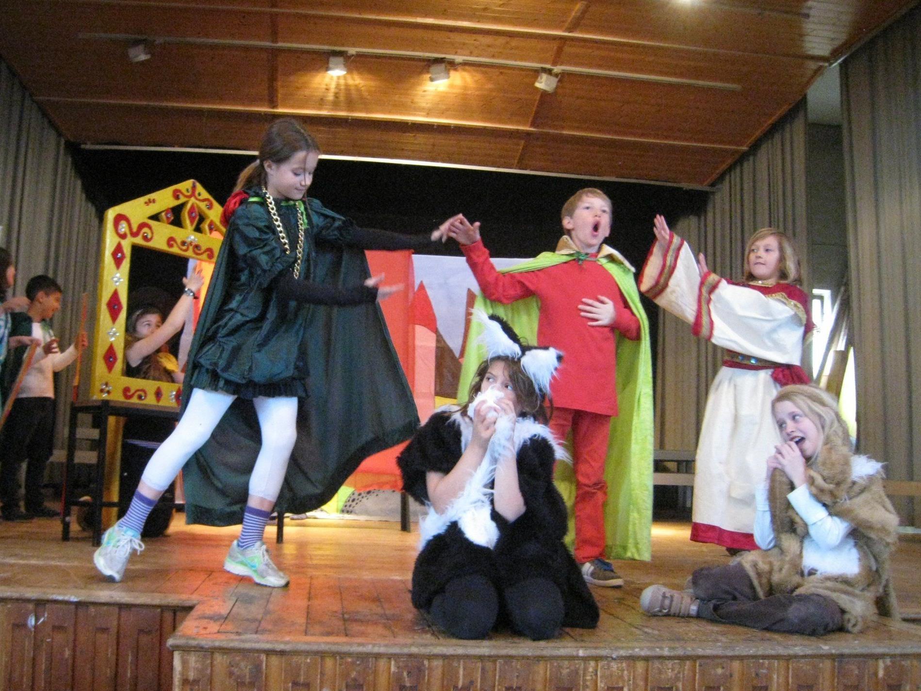 """""""The Emperor´s Cool Clothes"""" – die Lochauer Volksschüler laden zu einem englischen Theaterabend."""