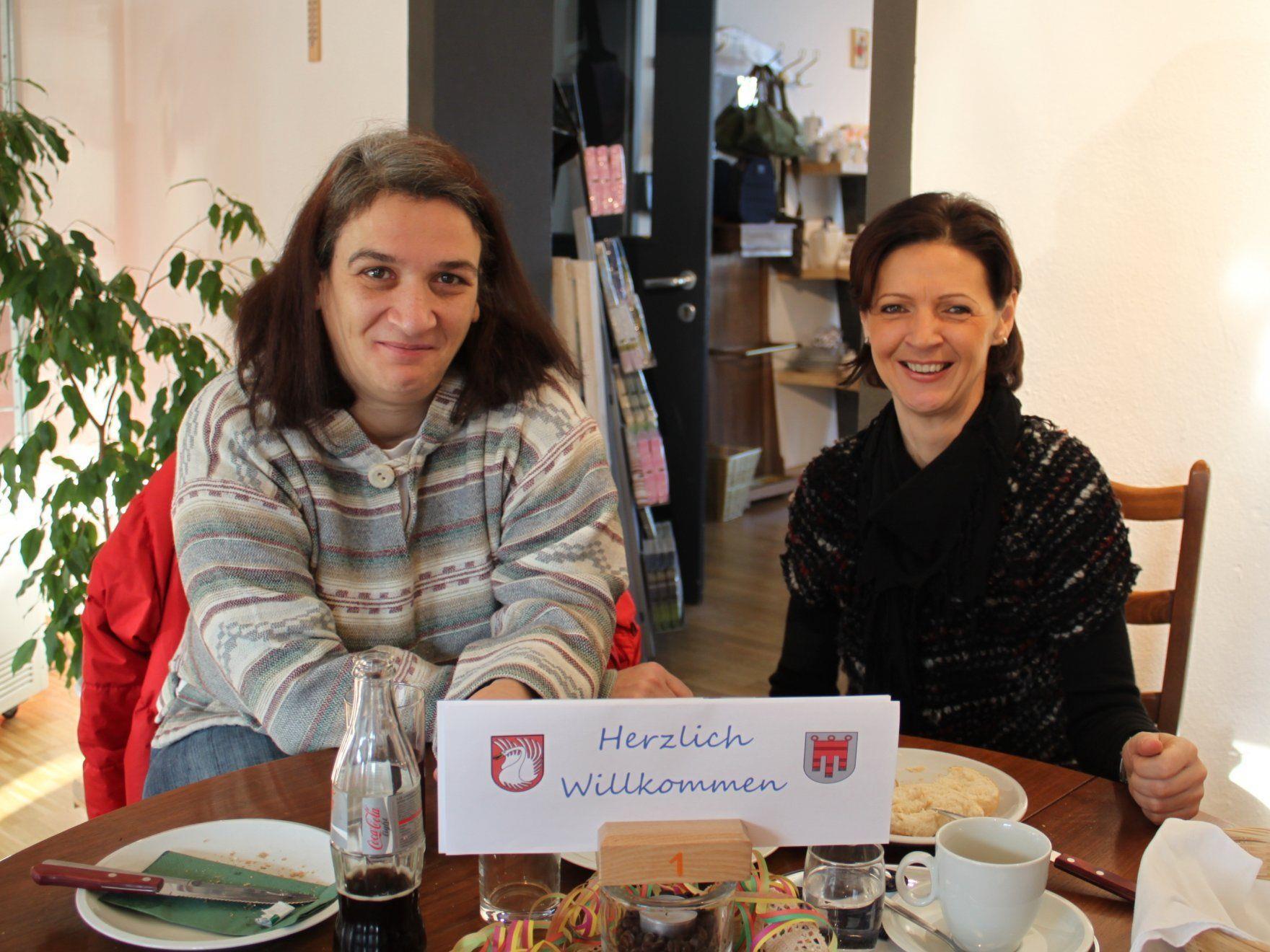 Neu zugezogen in Lochau: Ingrid Hörburger begrüßt Maria Zitny aus Wien.