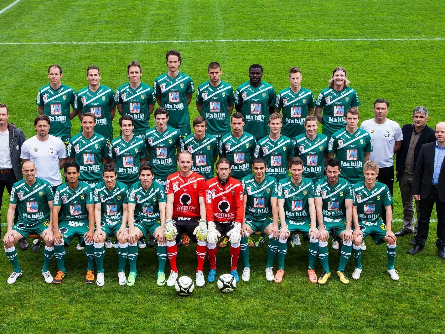 Die Mannschaft der Lustenauer Austria präsentiert ihr Trikot, mit dem sie im Derby am 17. April gegen Altach antreten wird.