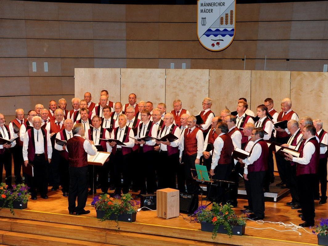 Der Männerchor Mäder und der Männergesangverein Empfingen bei ihrem gemeinsamen Auftritt bei Konzertende.