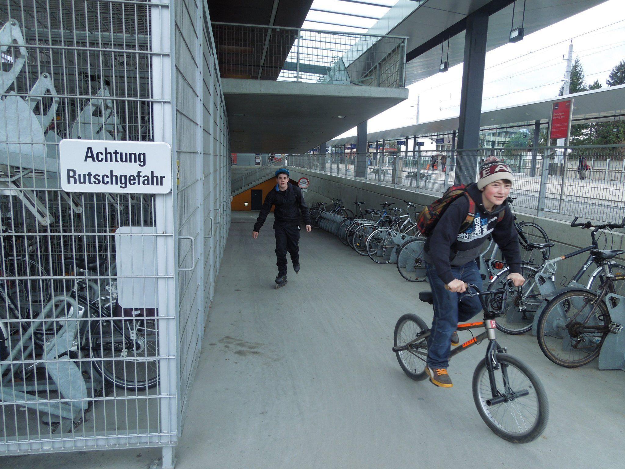 Im BF fordern mehrere Teilnehmer, dass der Fahrbahnbelag bei der Fahrradunterführung am Dornbirner Bahnhof so rasch wie möglich saniert werden soll.
