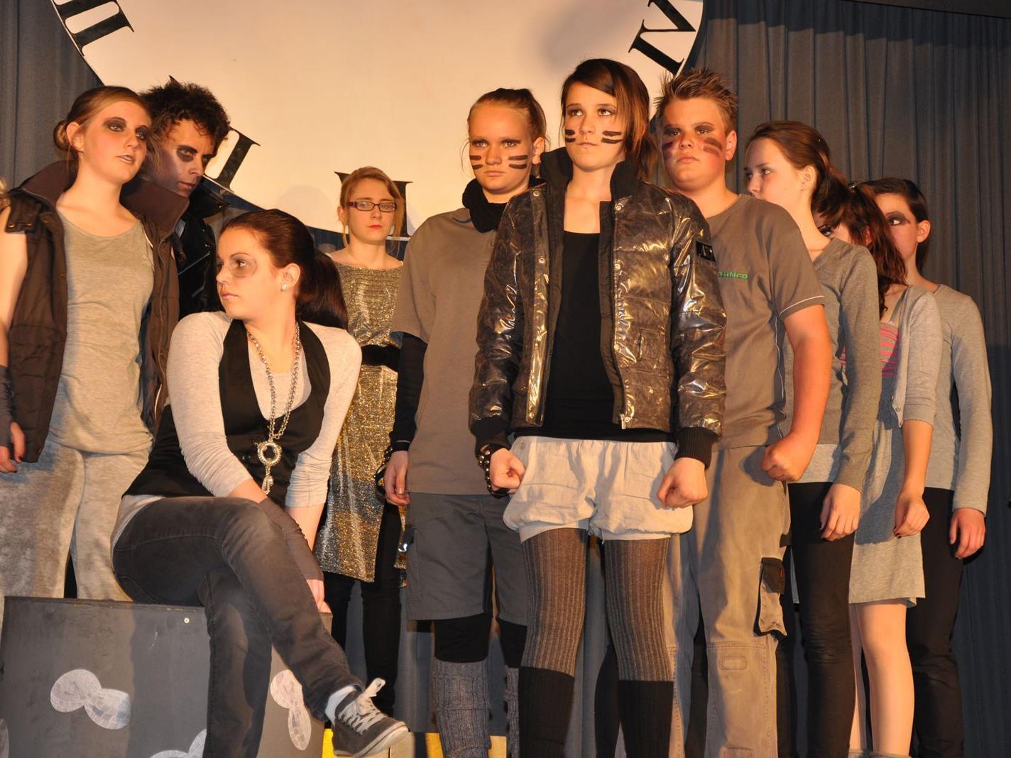 Junge Schauspieltalente brillieren auf der Bühne.