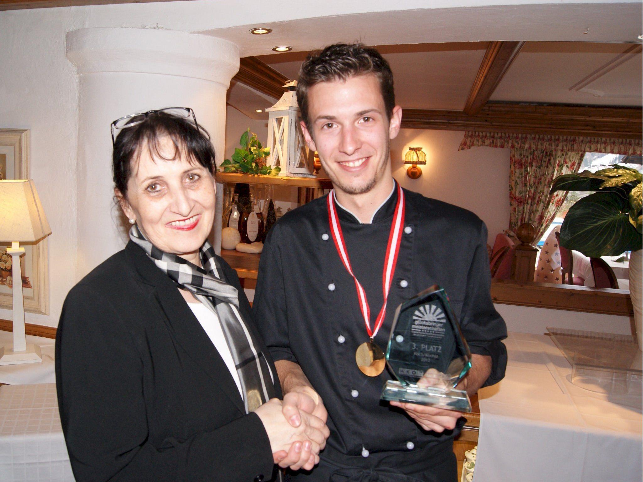 Yvonne Domig gratuliert Markus Netzer zu seinem Erfolg