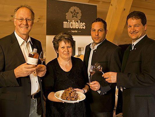 """Präsentation des """"Micheles"""": vlnr. Albert und Elisabeth Büchele, Roland Kuster und Heinz Huber von der Mohrenbrauerei Dornbirn."""