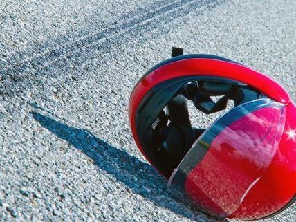 Bei einem schweren Unfall in Tirol wurde ein 15-jähriger Mopedlenker getötet