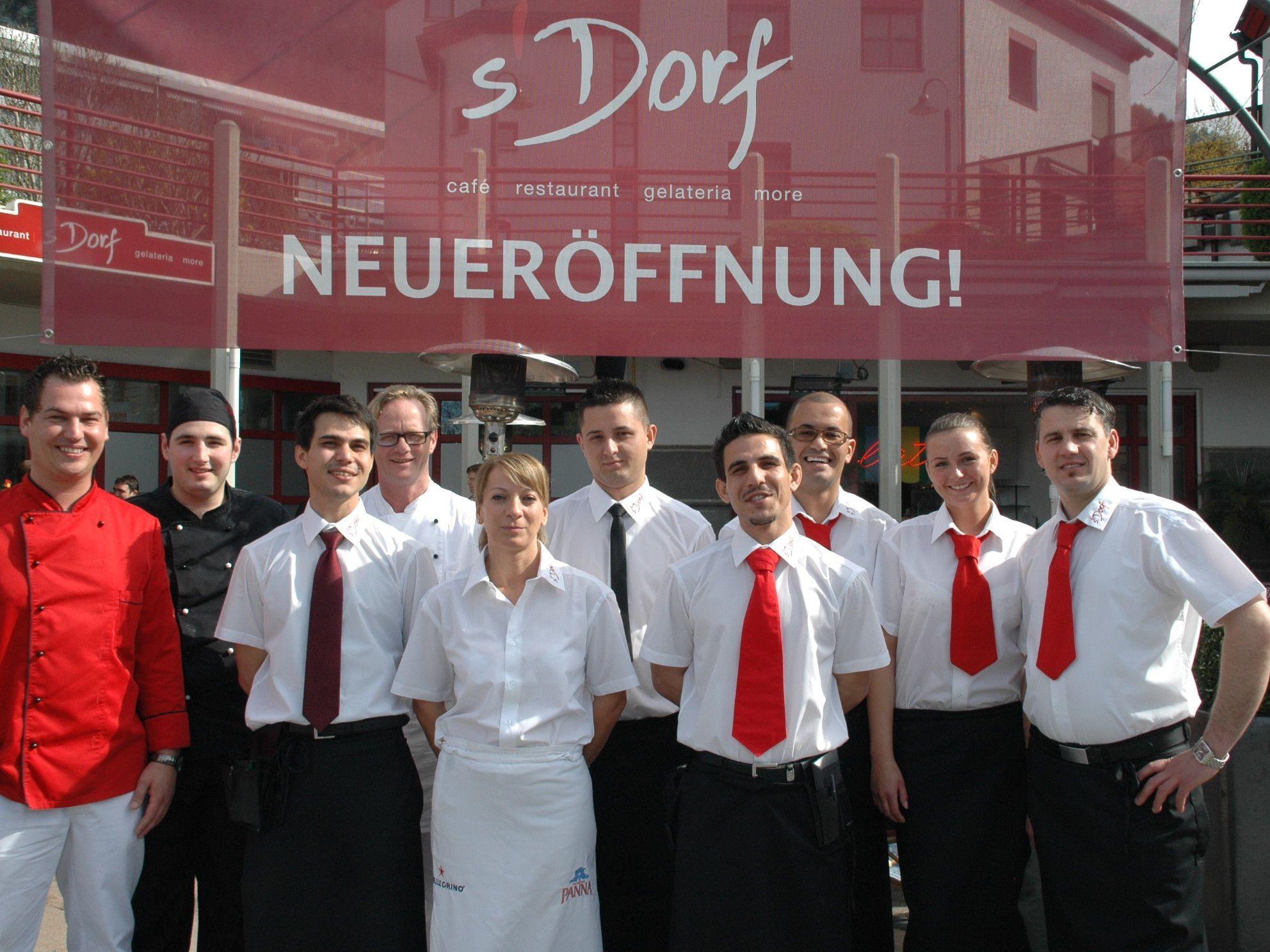 Patrick Raid (ganz links) feierte kürzlich die Neueröffnung des Dorf Cafes im Götzner Zentrum