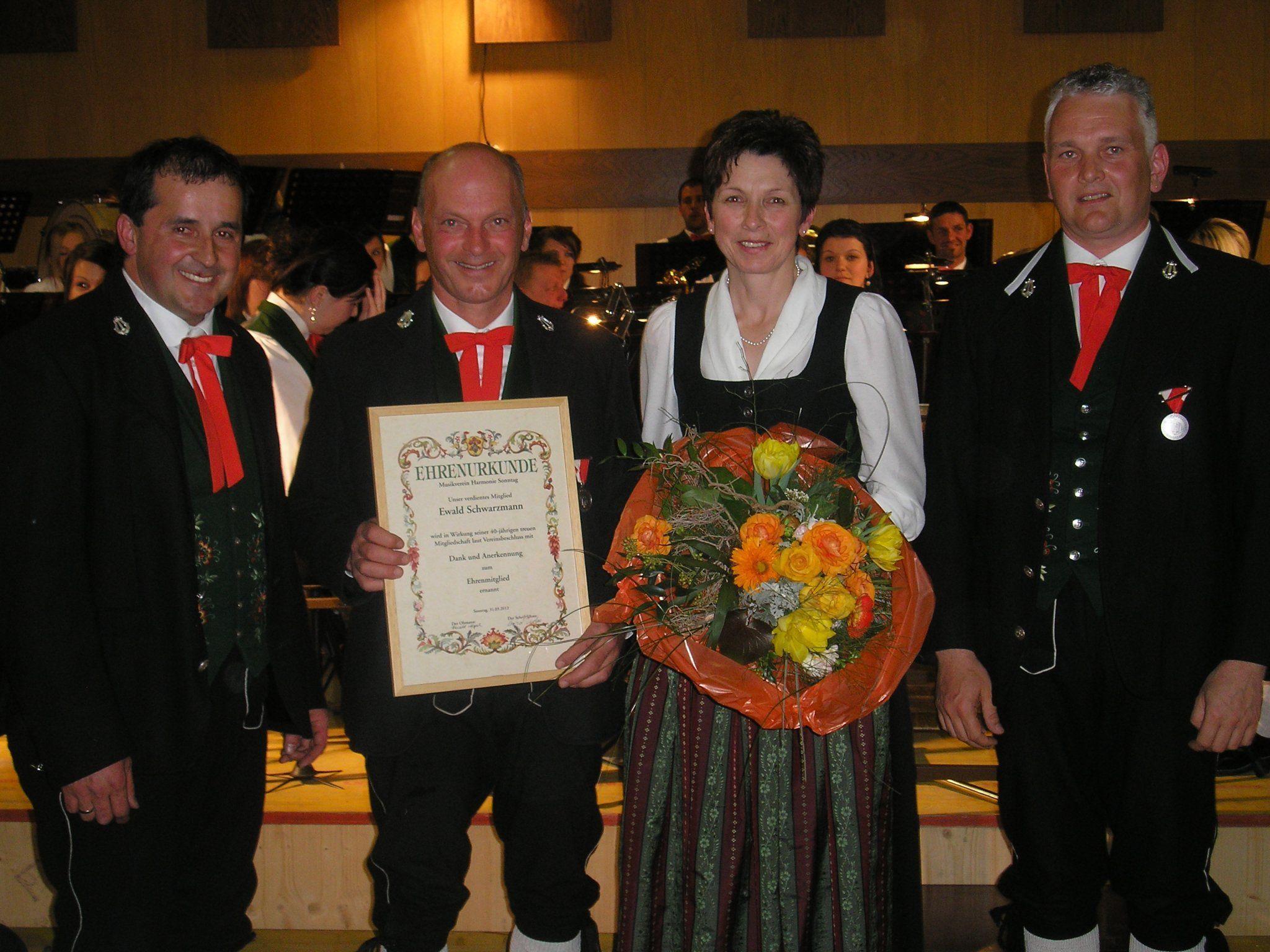 Obmann Harald Nigsch gratuliert Ewald Schwarzmann zu seinem 40- jährigen Jubiläum.    -     v.l.n.r. Harald Nigsch, Ewald mit Andrea Schwarzmann, Oliver Burtscher