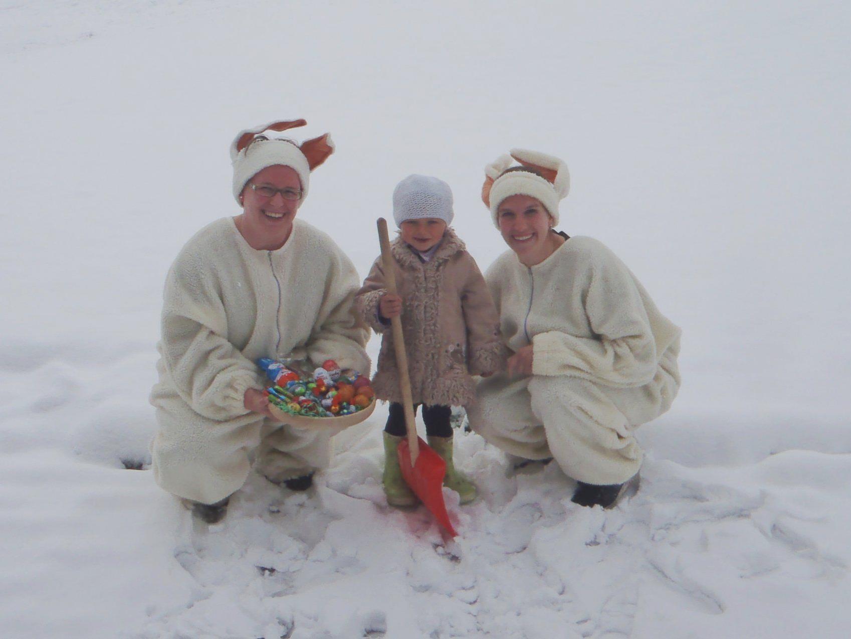 Doppelter Spaß: Neben dem Osterhasen freute sich Emma über den Schnee