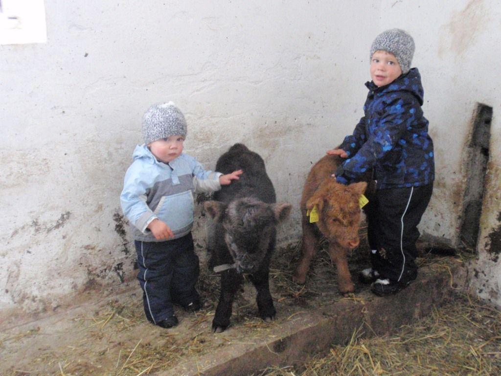 Nico und Laurin mit den beiden Kuschelbärchen.