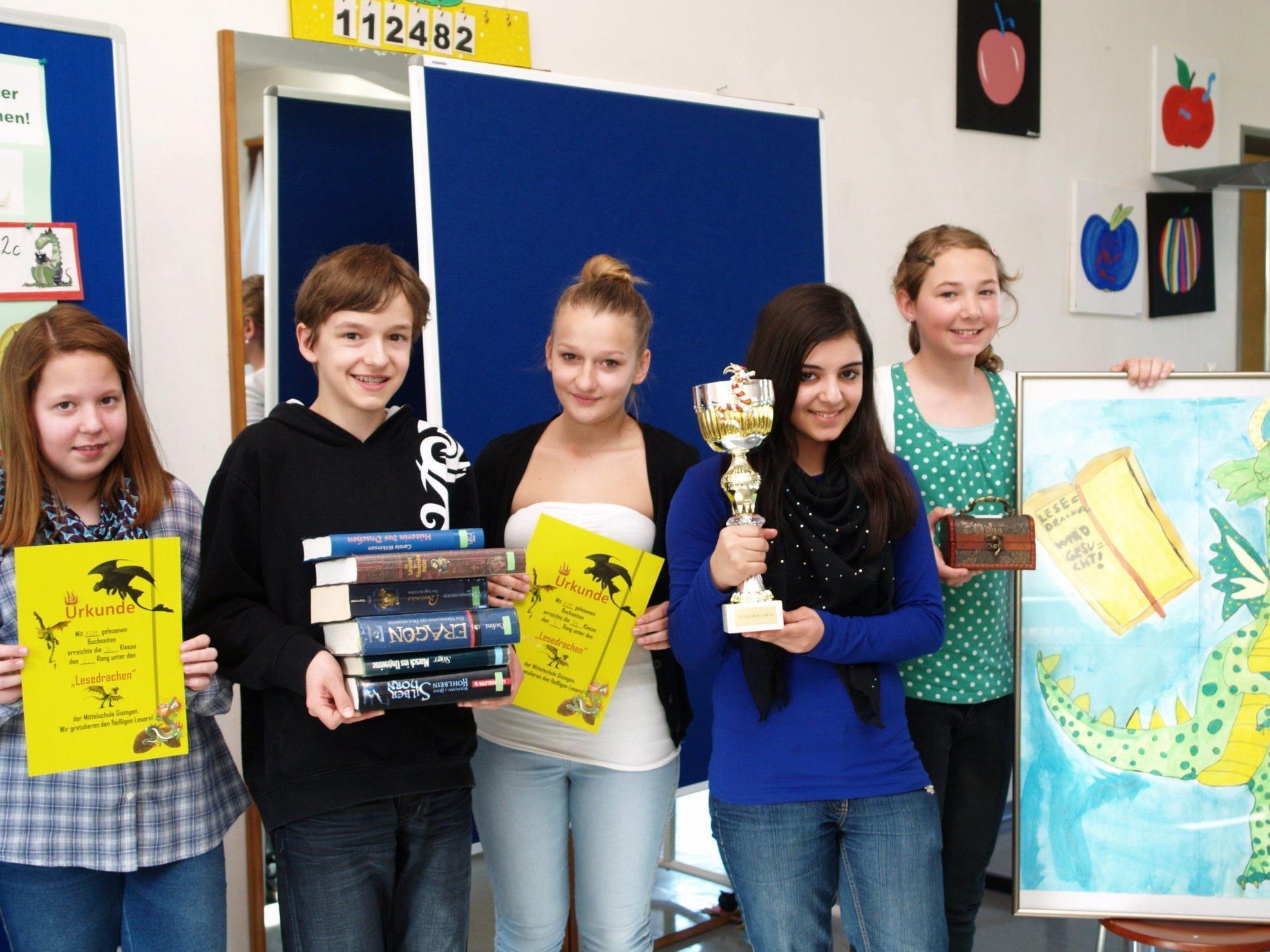 Die Klassensprecher der lesefreudigsten Klassen übernahmen stellvertretend einen Preis.