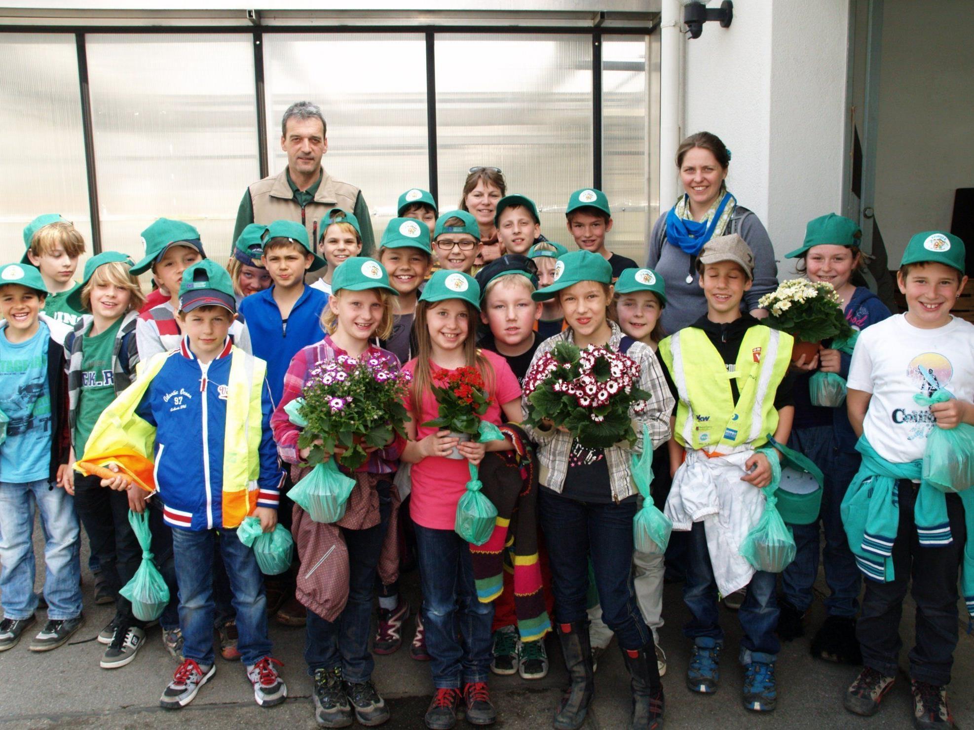 Die Batschunser Schüler besuchten im Rahmen des Unterrichts die Gärtnerei Rauch.