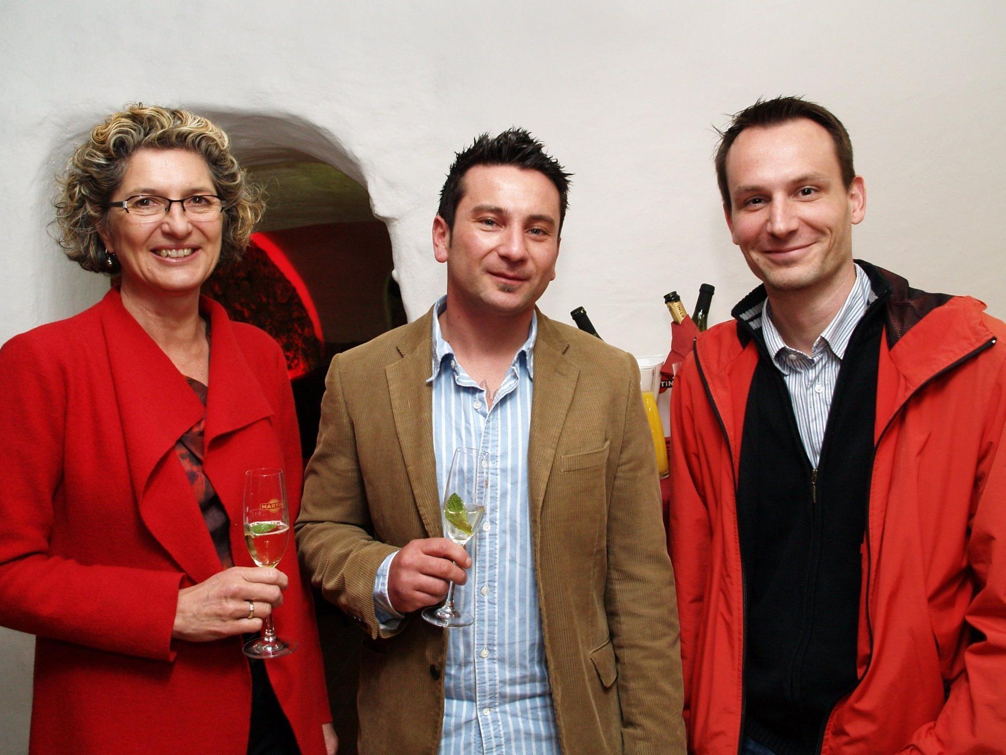 """Nani Mock mit Vizebürgermeisterin Erilka Burtscher und Hannes Wolf vom Stadtmarketing bei der Eröffnung der """"bunt bar""""."""