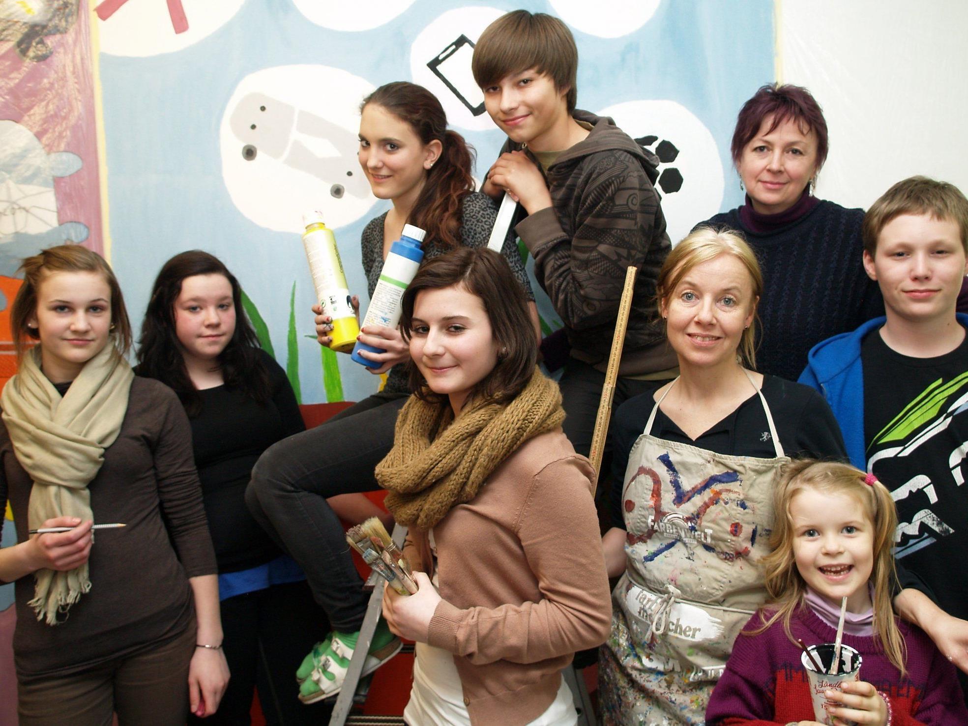 May-Britt Nyberg Chromy mit  Tochter Emma, Sylvia Pirker und einigen Jugendlichen der Mittelschule Zwischenwasser.