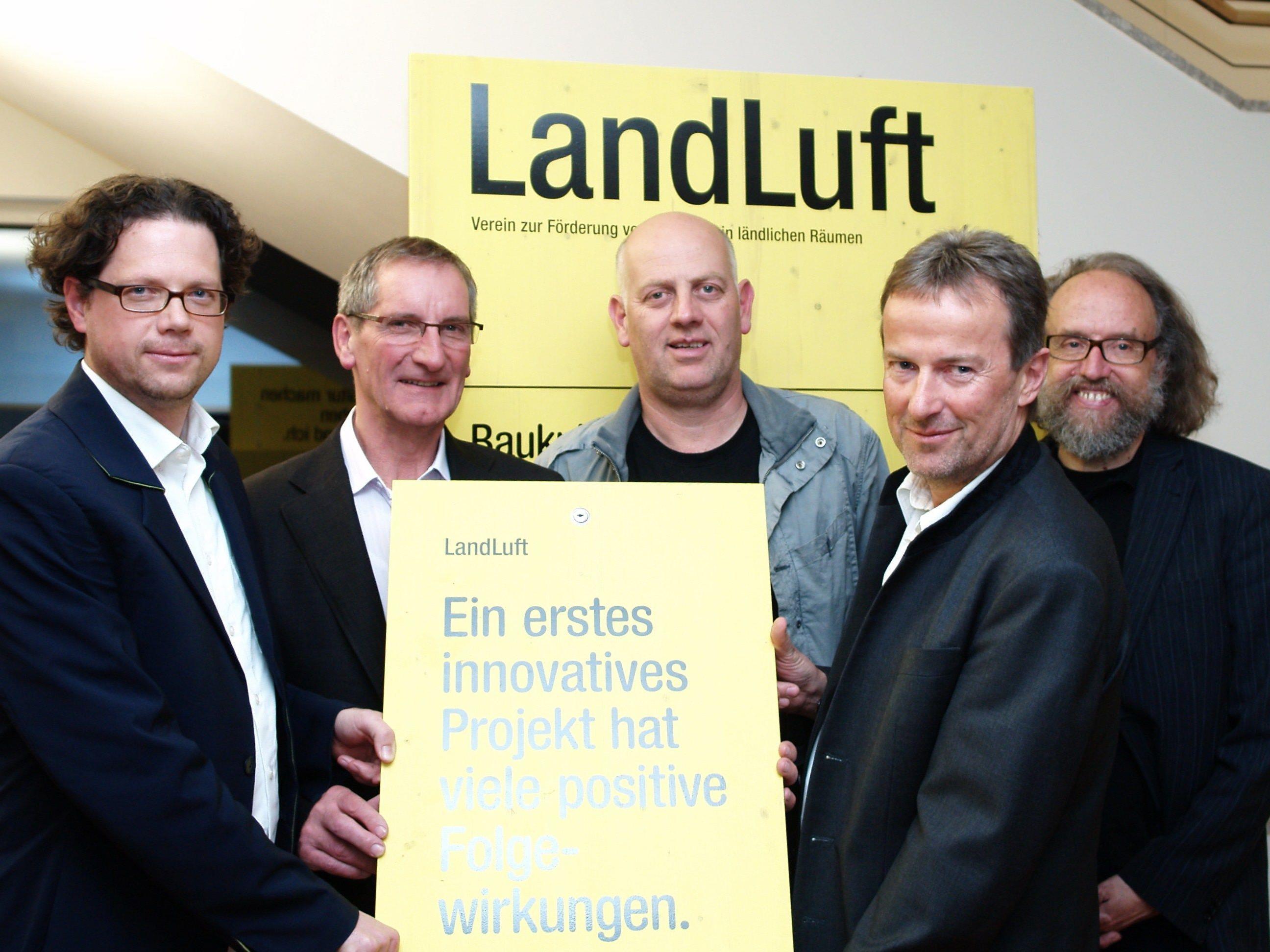 Bürgermeister Josef Mathis mit Roland Gruber, Christoph Chorherr, Georg Moosbrugger und Wilfried Bertsch bei der Eröffnung der Ausstellung.