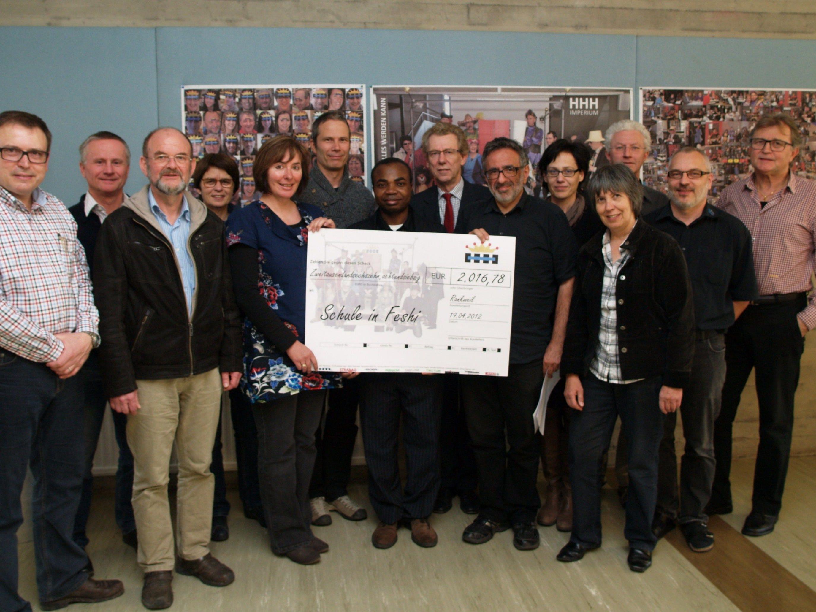 Pfarrer Placide mit den Organisatoren und Mitwirkenden des HHH-Projekts der HTL Rankweil.