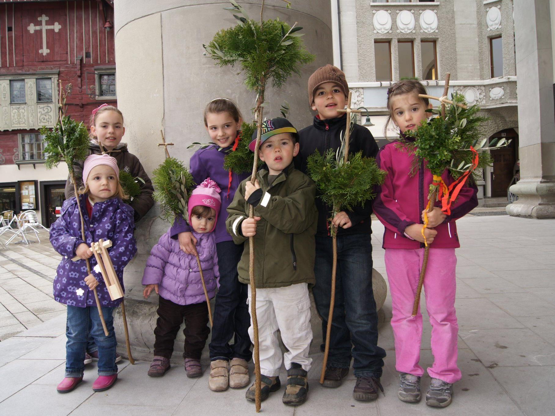 Stolz zeigen die Kinder die Palmbuschen vor der Martinskirche.