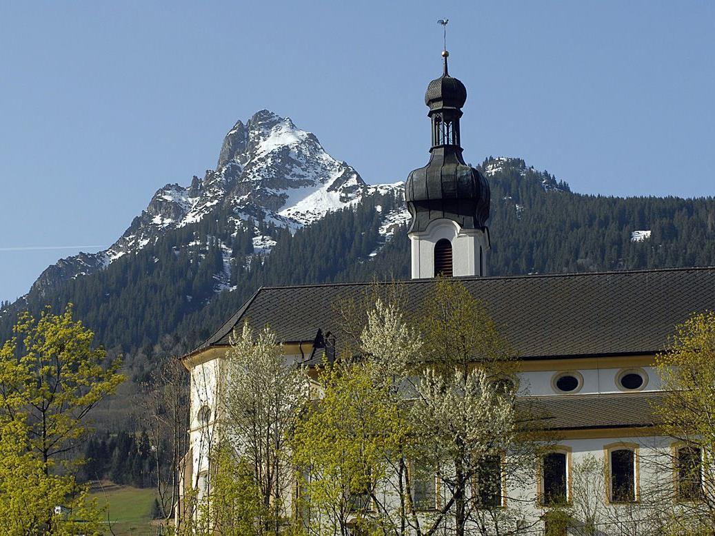 """Pfarr- und Wallfahrtskirche """"zu Unserer Lieben Frau Mariae Geburt"""" in Tschagguns (Foto: 11. 4. 2011)"""