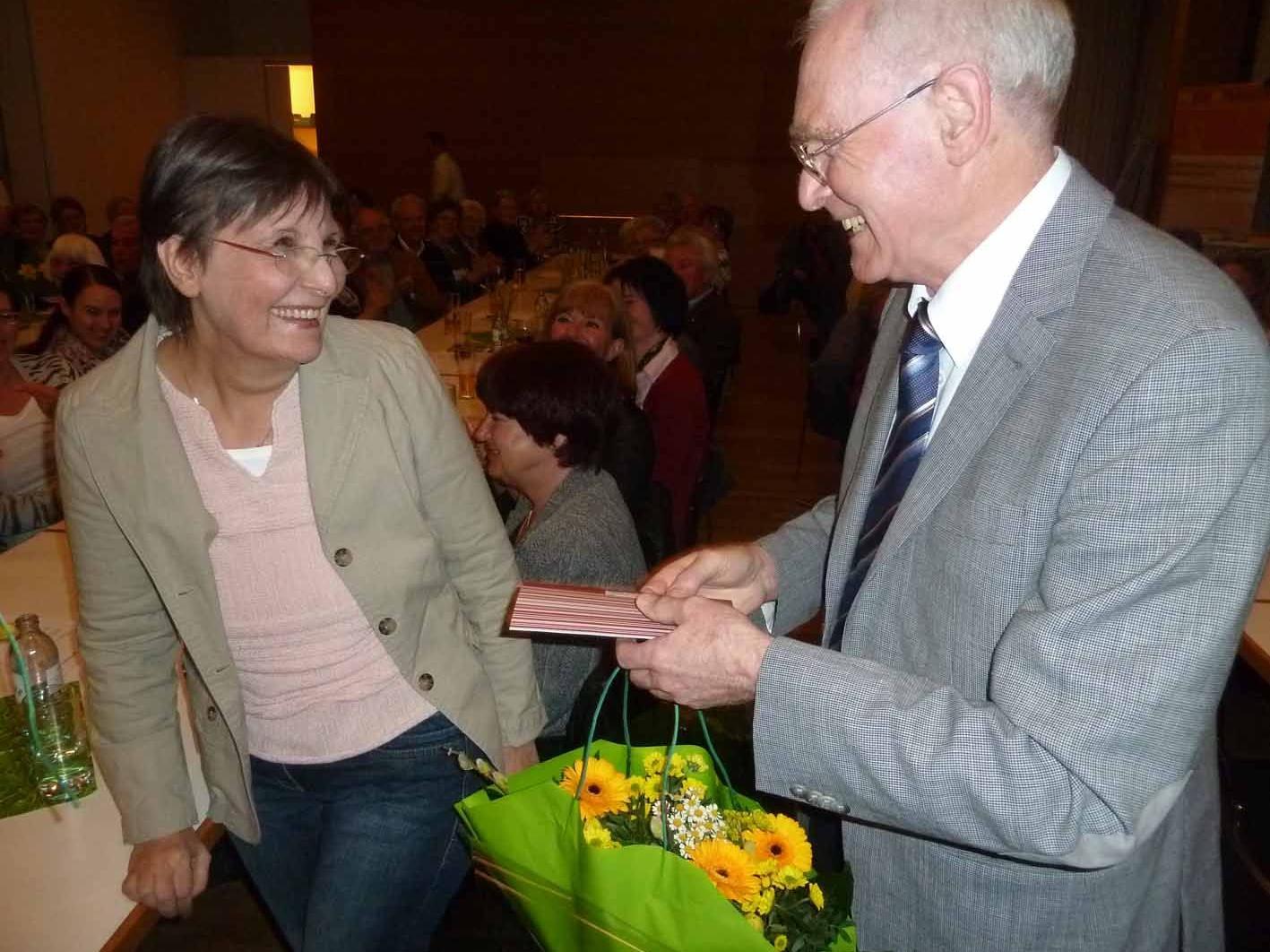 Obmann Dr. Elmar Troy bedankte sich bei Pflegeleiterin Elvira Gamper für 15 Jahre treue Dienste.