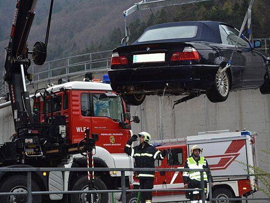 Im Bezirk Wiener Neustadt musste die Feuerwehr einen Pkw aus einem Bachbett bergen