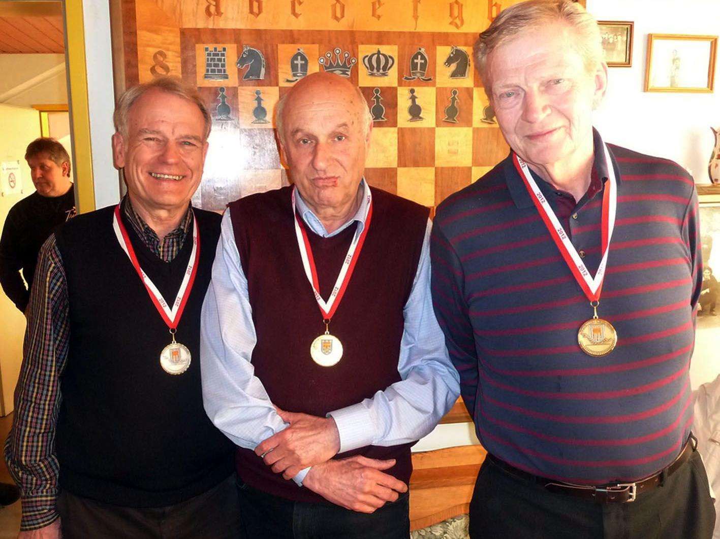 Walter Büchele (Mitte) gewann die Schach-LM vor Günter Dellanoi und Dr. Helmuth Koch (r.).