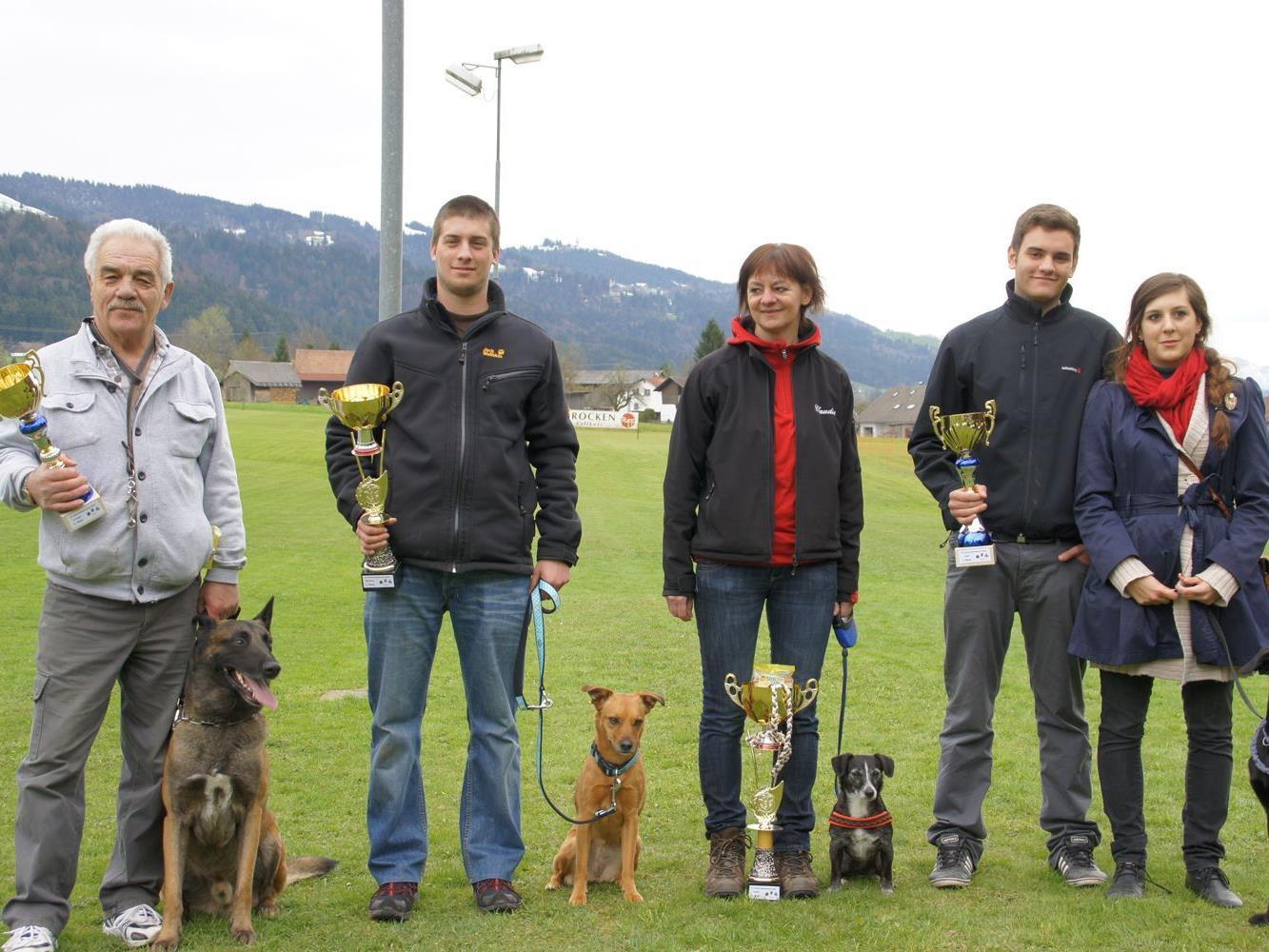 Die strahlenden Gewinner mit ihren siegreichen Hunden