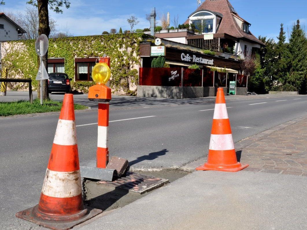 Die Wassereinlaufschächte an der Schweizerstraße werden provisorisch instand gesetzt.