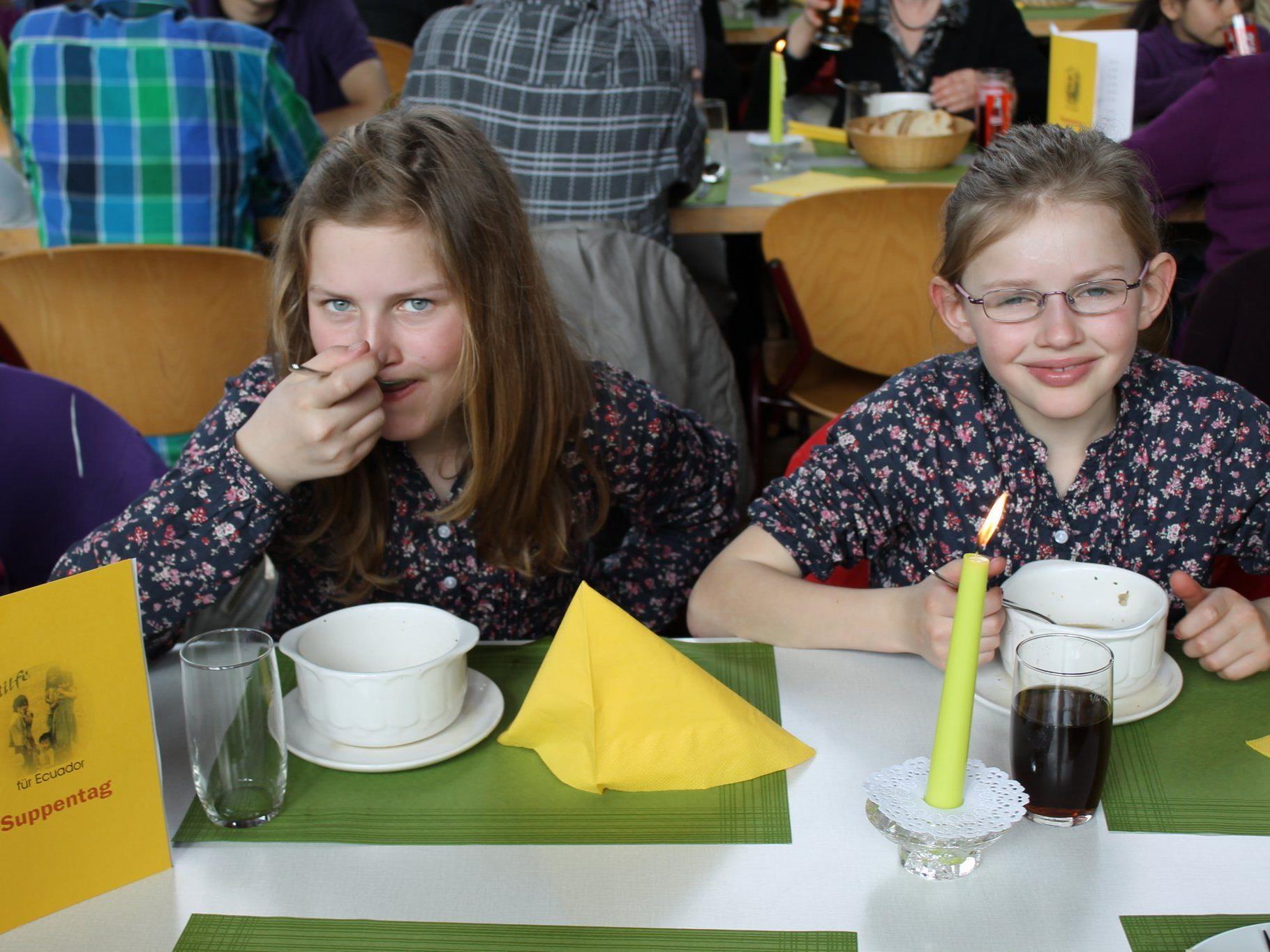Suppen für einen guten Zweck konsumierten Jung und Alt