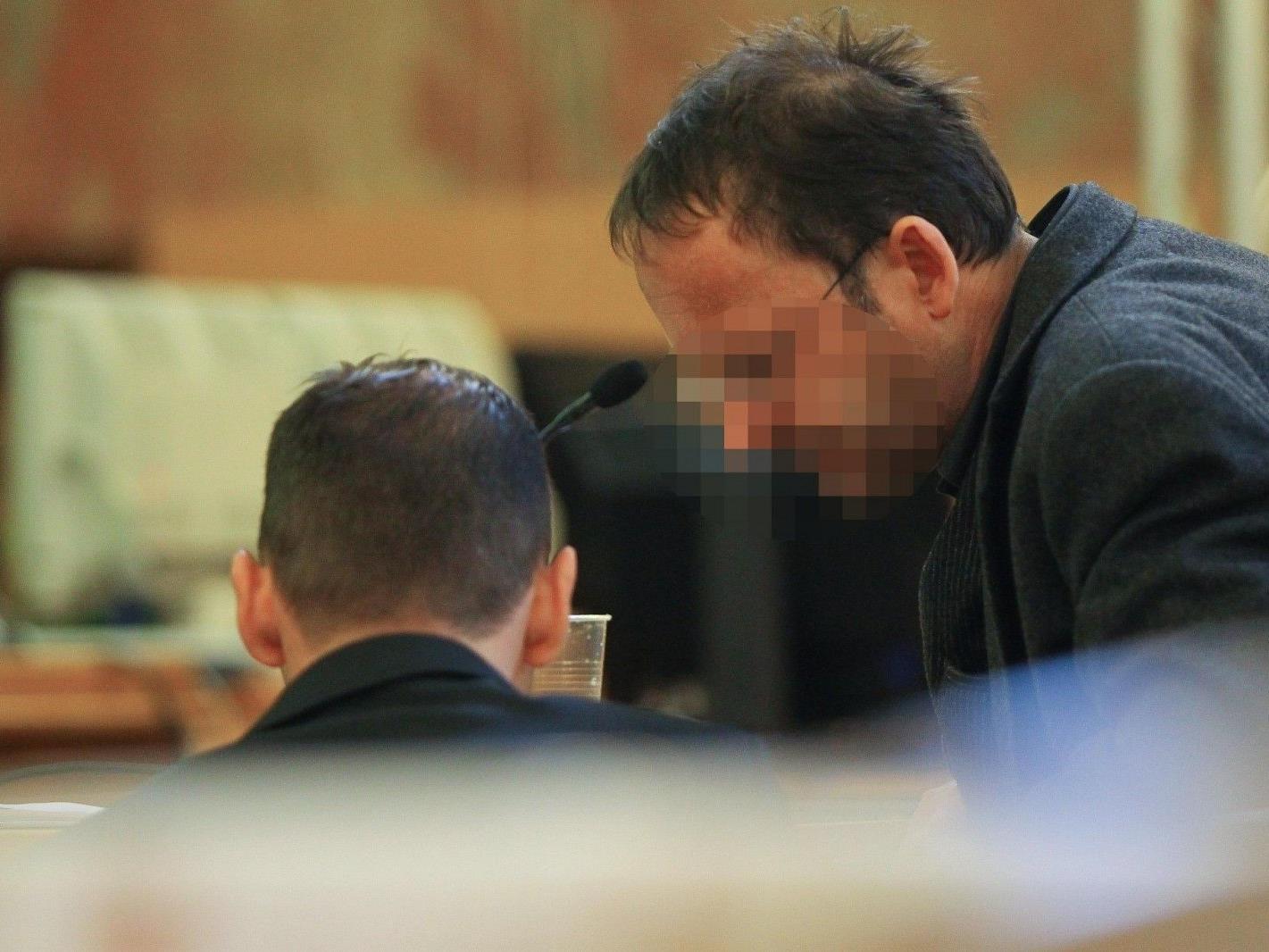 Angeklagter Udo H. (l.) mit Jürgen H. im Gerichtsaal.
