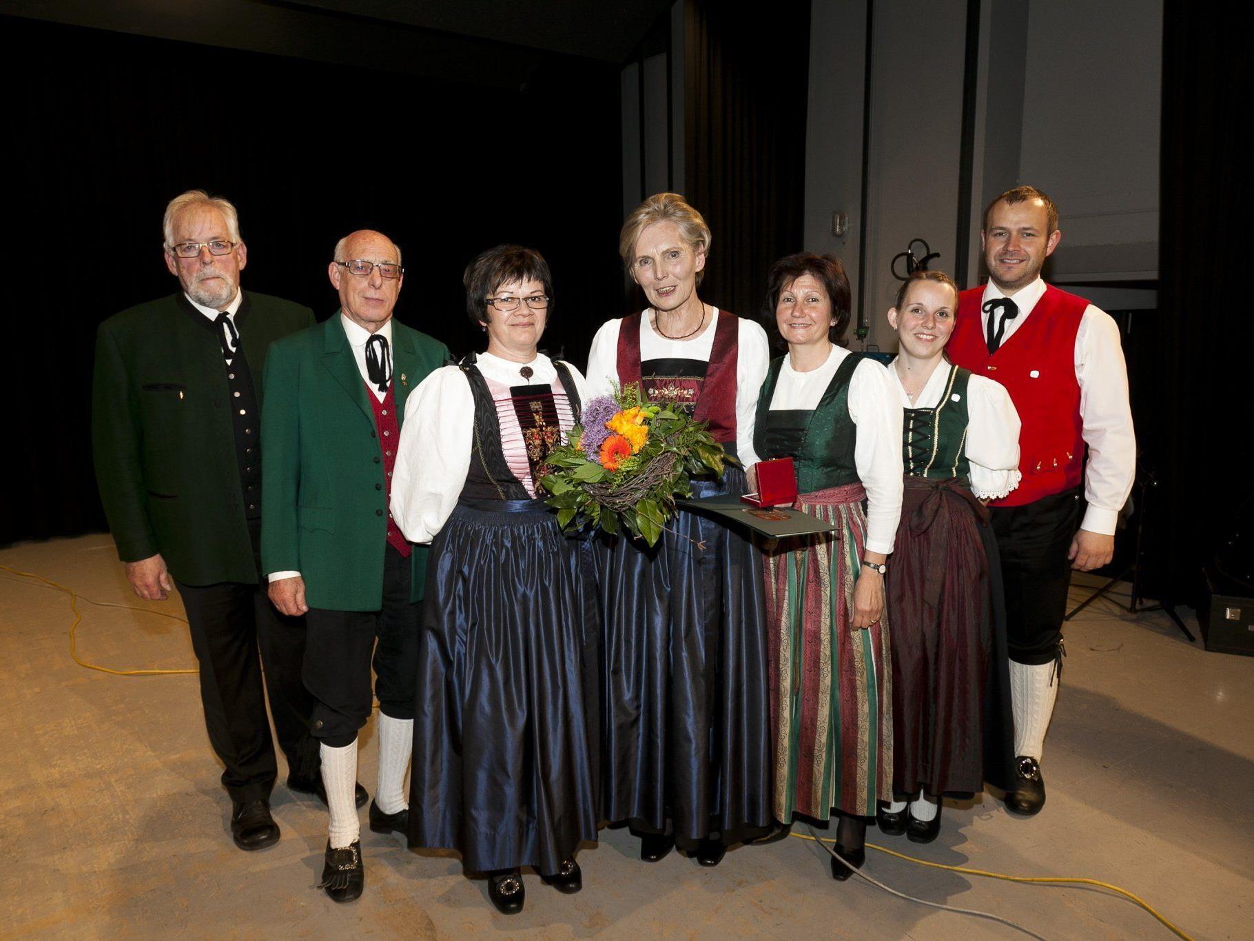 Landestrachtenreferentin Martina Mätzler erhielt die Goldene Ehrenmedaille, der Vorstand ) gratulierte.