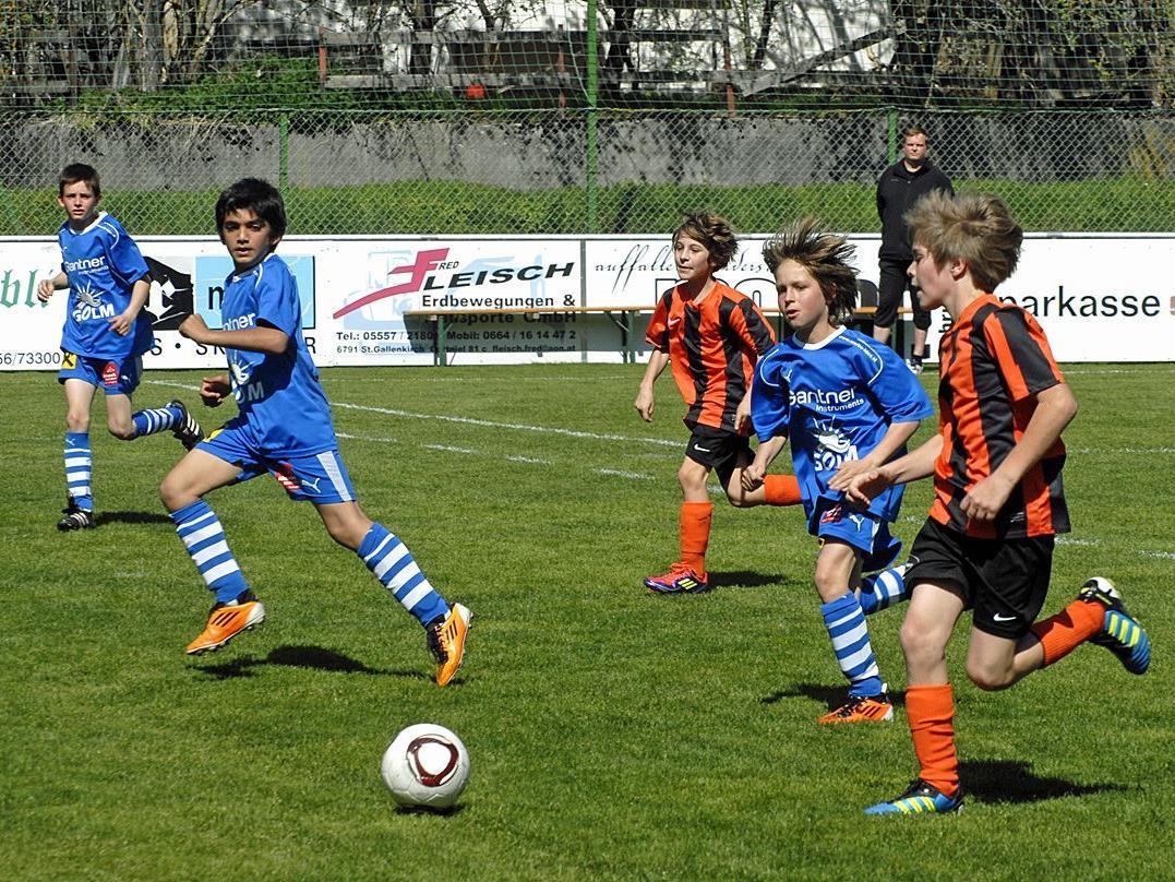 Die SPG Montafon (in den blauen Dressen) hatte diesmal die U12 des FC Hörbranz zu Gast.
