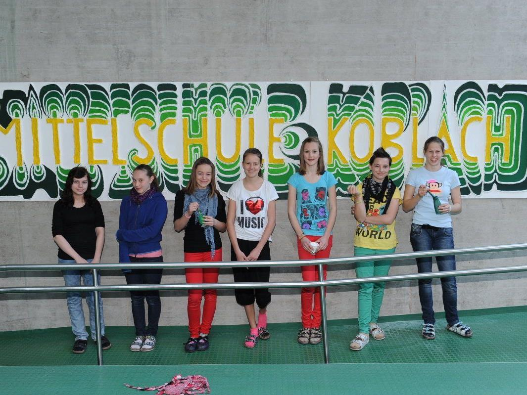 """Mit viel Eifer gestalteten die Schüler das Wandbild mit der Aufschrift """"Mittelschule Koblach""""."""