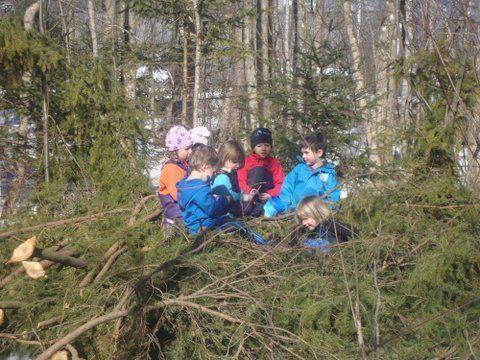 """Die Kinder der """"Au-Graga"""" entdecken die Natur in ihrem Kreislauf mit allen Sinnen."""