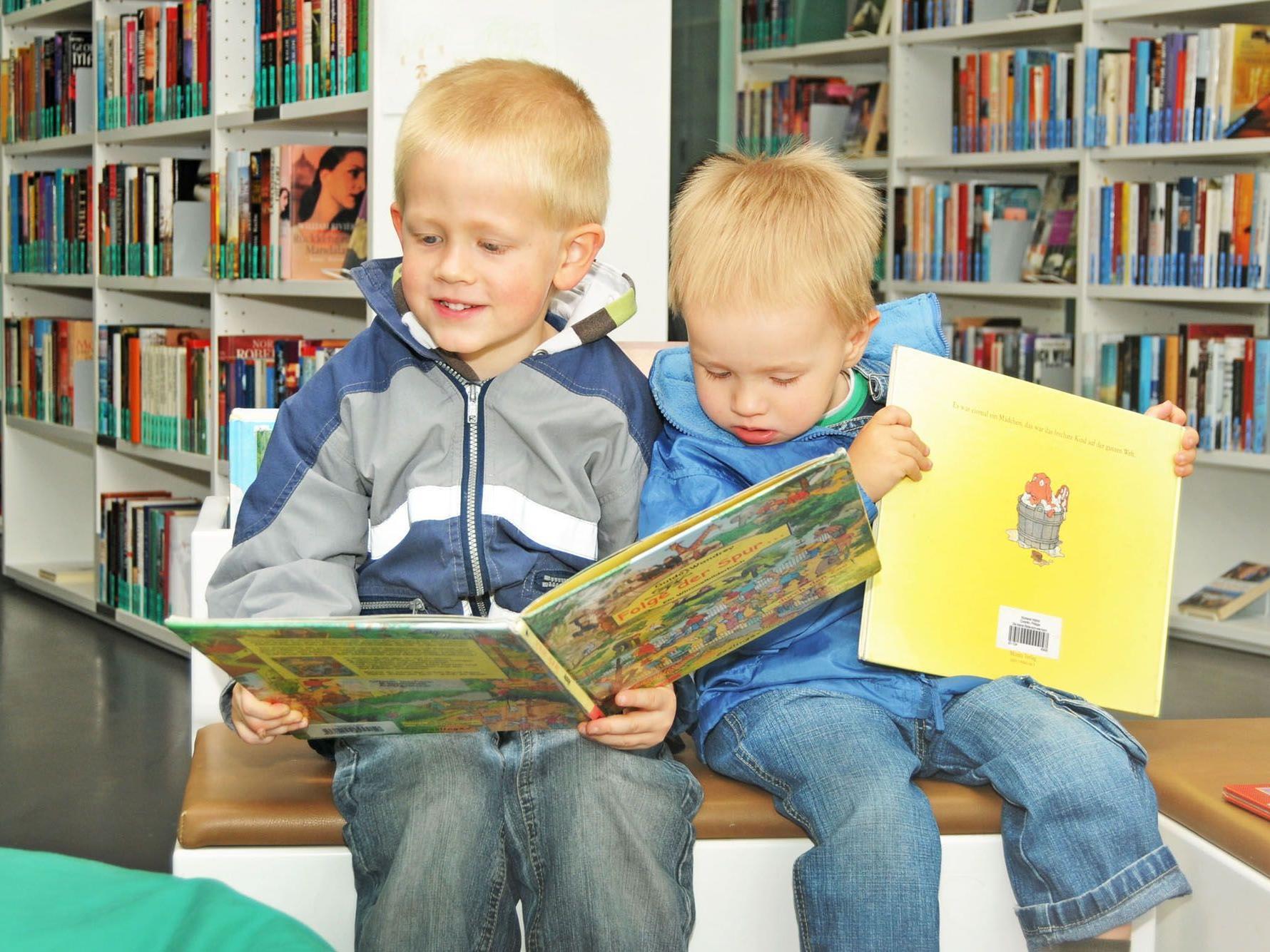Zwei besonders treue Besucher der Bücherei Spielothek Höchst sind Julian und Adrian.