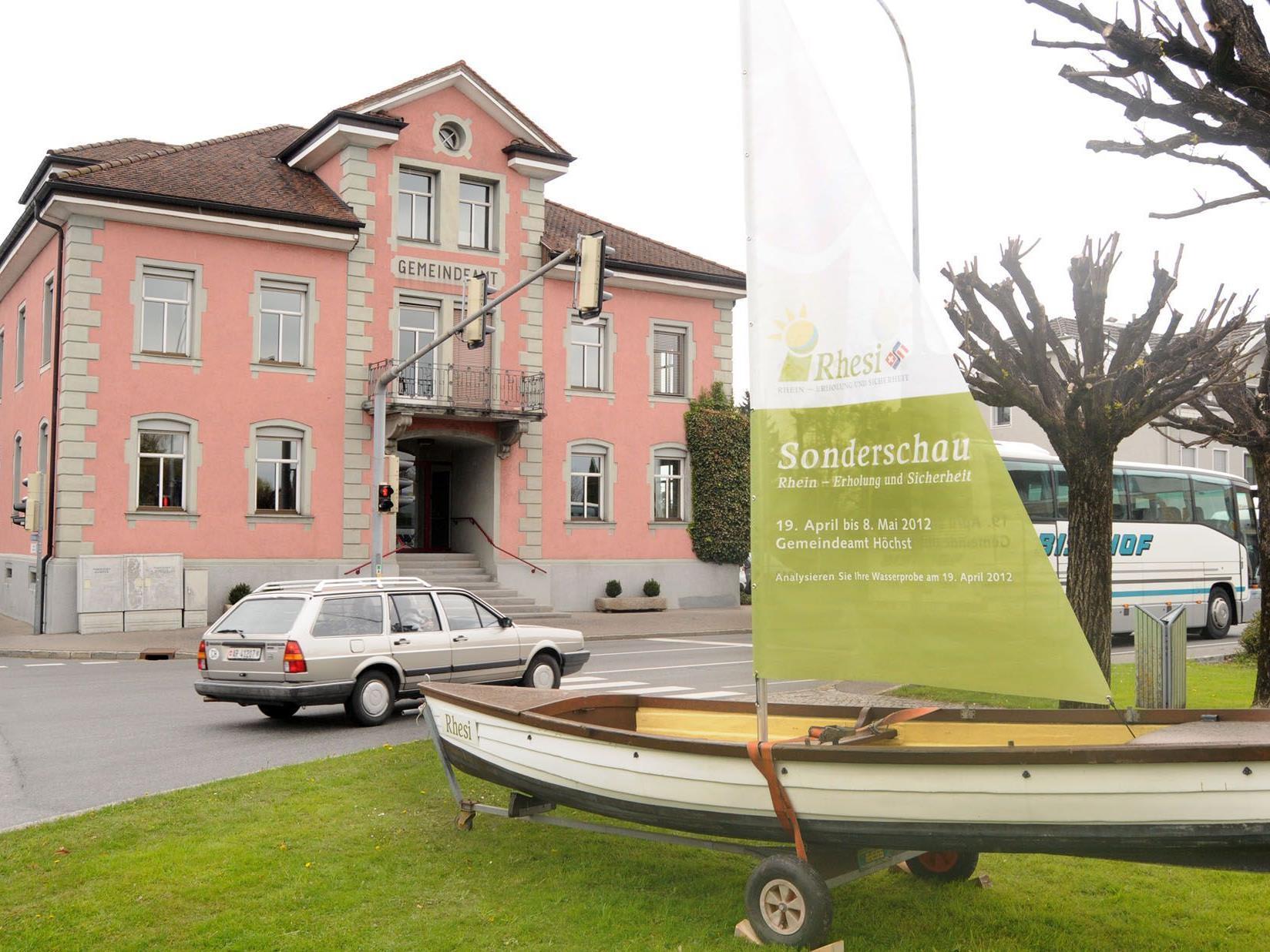 """Die ,,Rhesi"""" macht auf die Ausstellung im Gemeindeamt Höchst aufmerksam."""