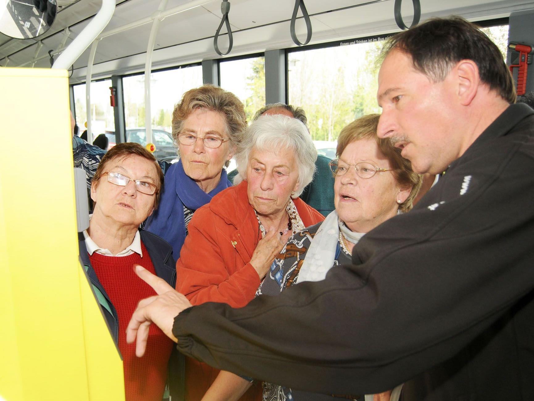 Die Fußacher Senioren nutzten die Möglichkeit, den Fahrscheinautomaten zu testen.