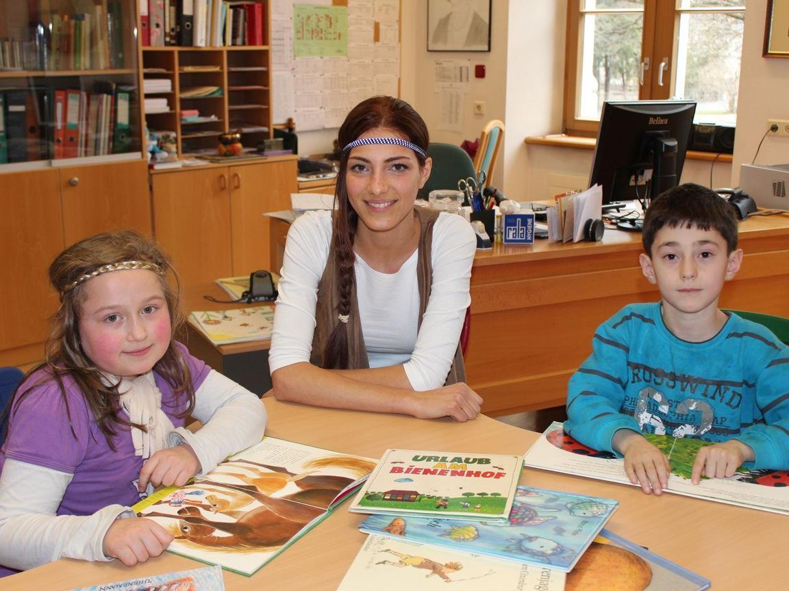 Amina Dagi, Start-Stipendiatin seit 2011 und frischgebackene Miss Austria, engagiert sich für die gesellschaftliche Integration von Volksschülern mit Migrationshintergrund im Rahmen des Projekts Lese-Montoring von START-Vorarlberg.