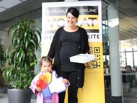 Caroline aus Innerbraz und Töchterchen Marie freuen sich über das neue iPad.