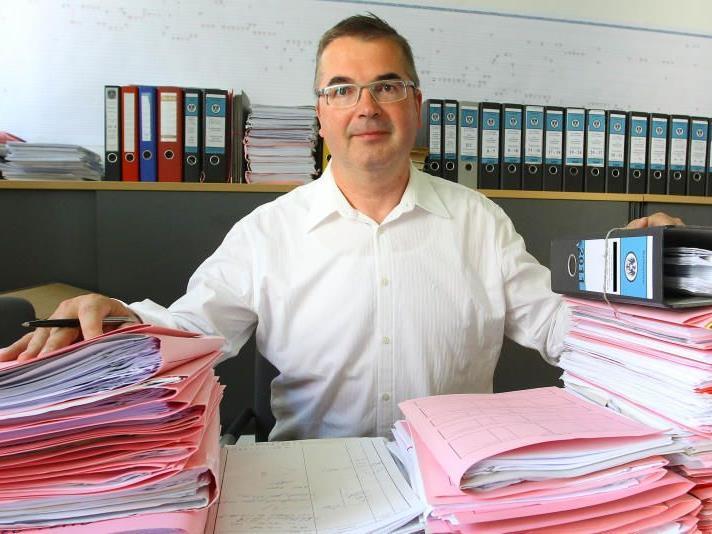 Orientierung in den Aktenbergen: Staatsanwalt Manfred Bolter ist für Salzburg gerüstet.