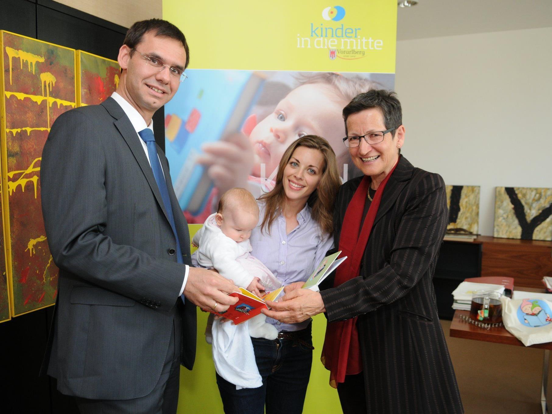 Landeshauptmann Markus Wallner und Landesrätin Greti Schmid überreichten symbolisch das erste Buchpaket an Frau Wüstner mit Töchterchen Klara, die Ende April sechs Monate alt wird.